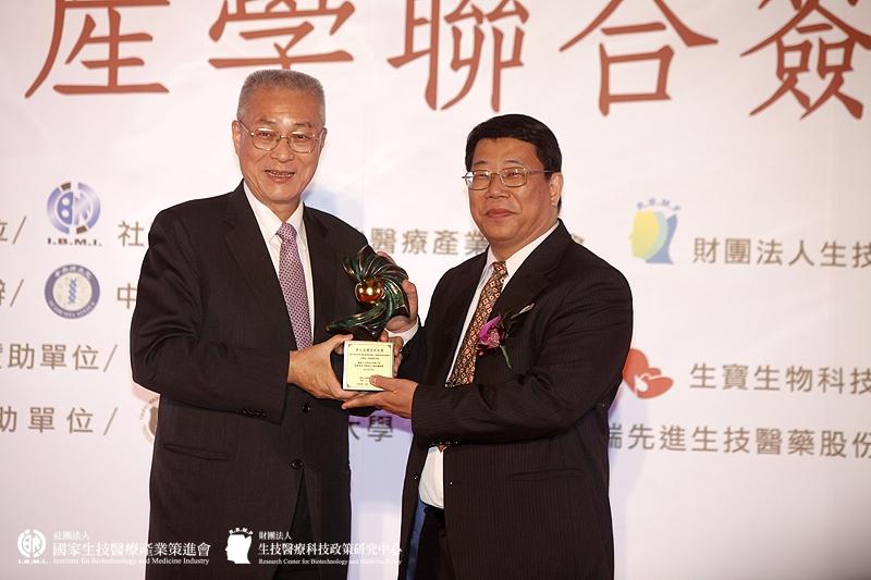 企業組獲獎:葡萄王生技股份有限公司-健康食品字號樟芝王菌絲體膠囊