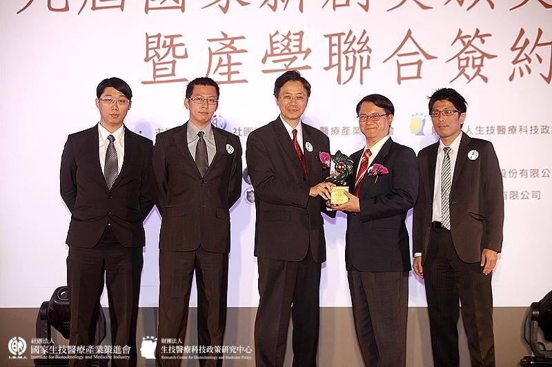 學術研究組獲獎單位:柯澤豪教授_逢甲大學材料科學與工程學系/高性能醫療貼布
