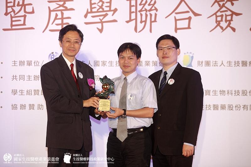 學術研究組獲獎單位:吳旻憲教授_長庚大學生化與生醫工程研究所/開發以三維細胞培養為基礎測試用之高通量及高精確性微型細胞培養系統