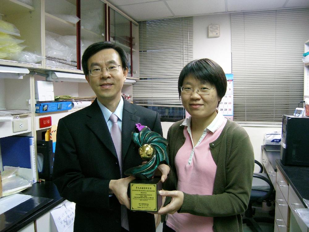 吳漢忠教授與學生廖美英合照。