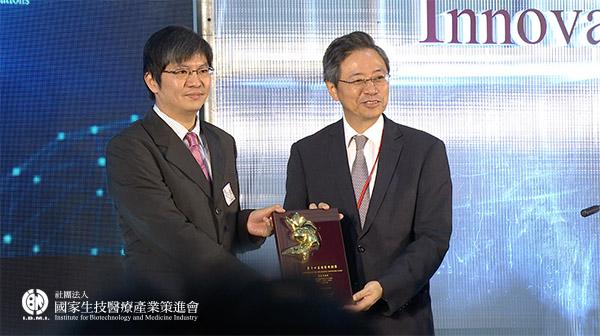 最佳產業效益獎獲獎:劉璟鋒醫師團隊_奇美醫療財團法人奇美醫院-人工電子喉