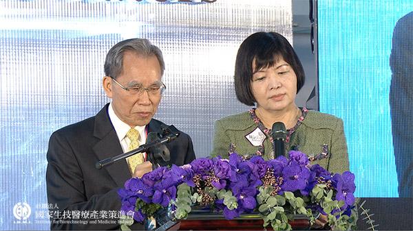 評審召集人 陳明豐總執行長、賴瓊慧醫師揭獎