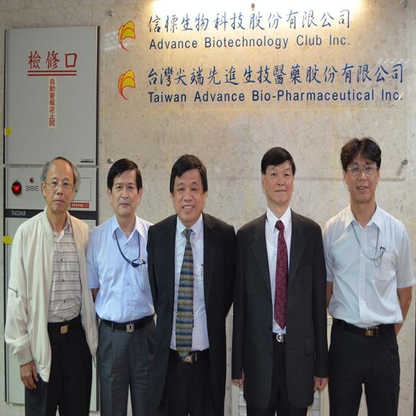 台灣尖端管理研發團隊。(左起)陳耀聰副總、徐文騮副總、   蘇文龍董事長、醫學顧問吳國瑞博士(M.D., Ph.D.)與臍血基因研發處長黃濟鴻博士