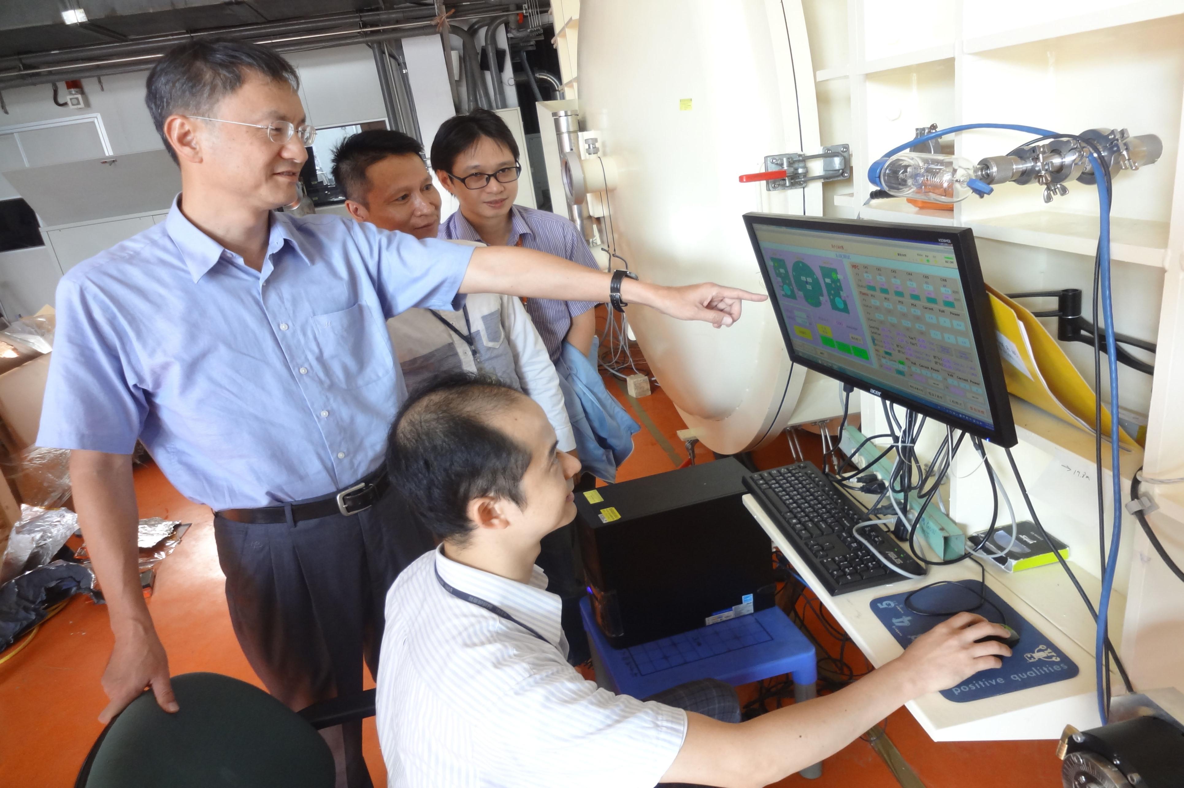 詹德均組長(左1)指導同仁進行實驗