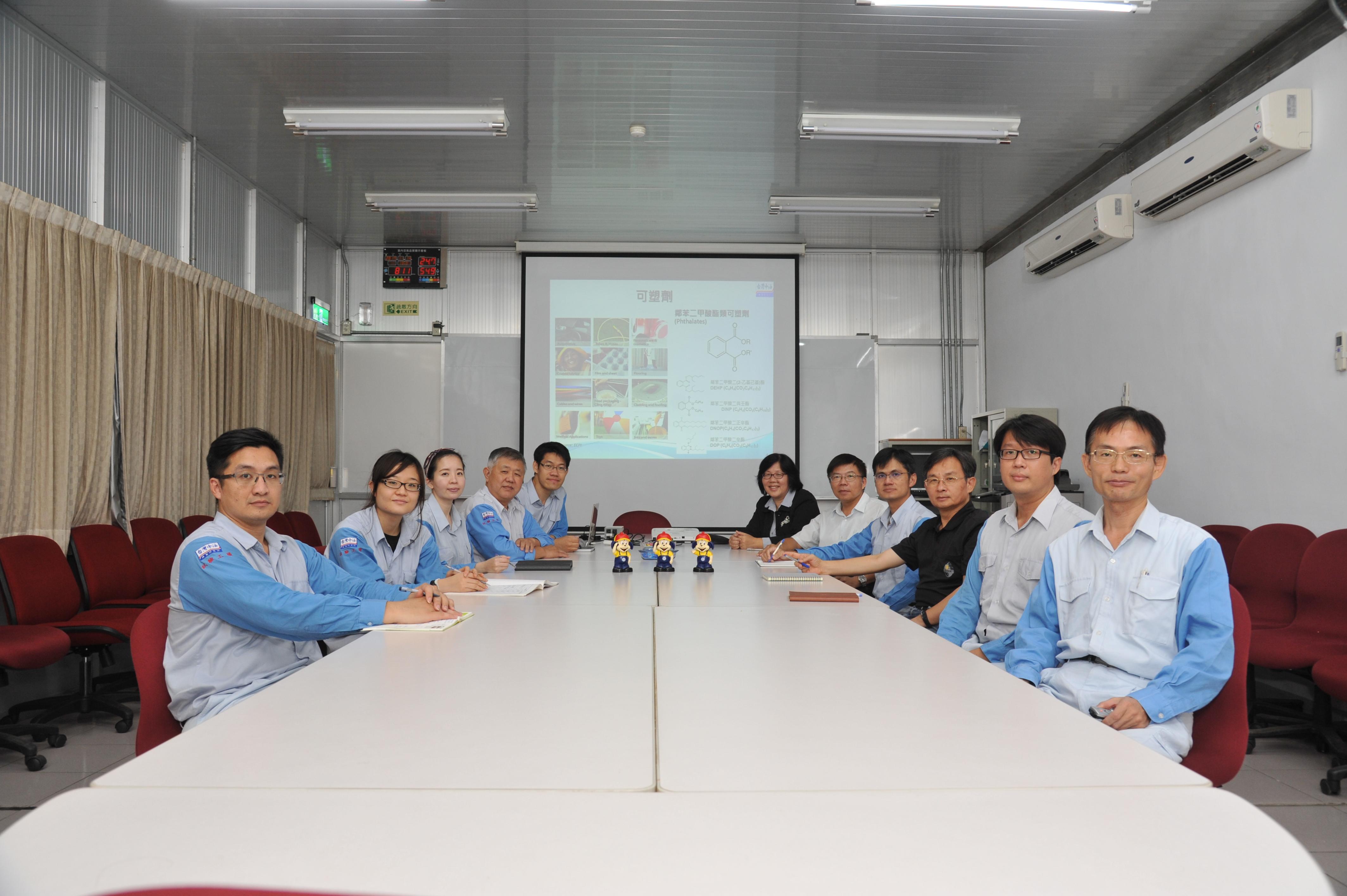 研究團隊會議室討論後合照