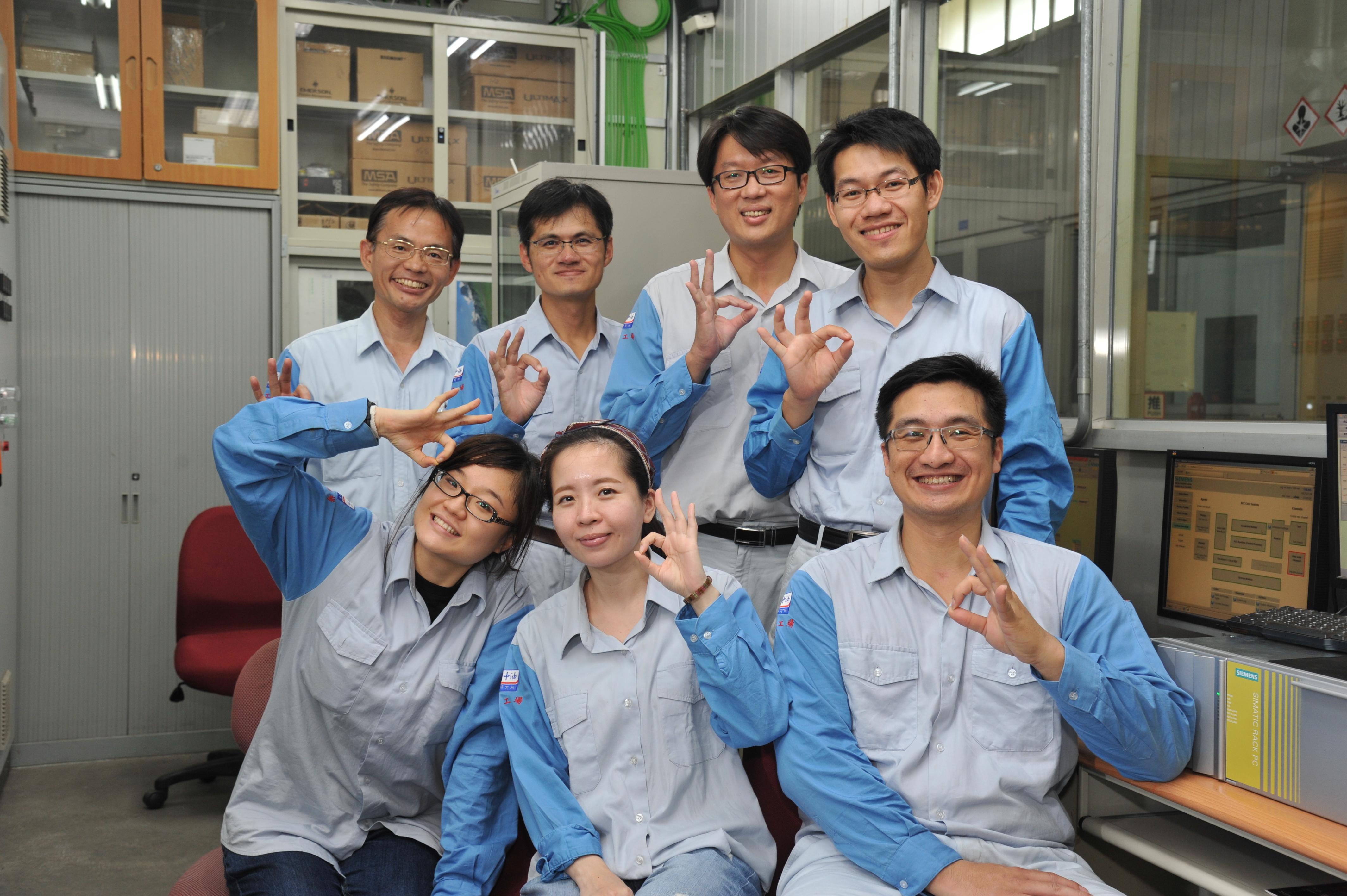 研究團隊在實驗室討論後合照