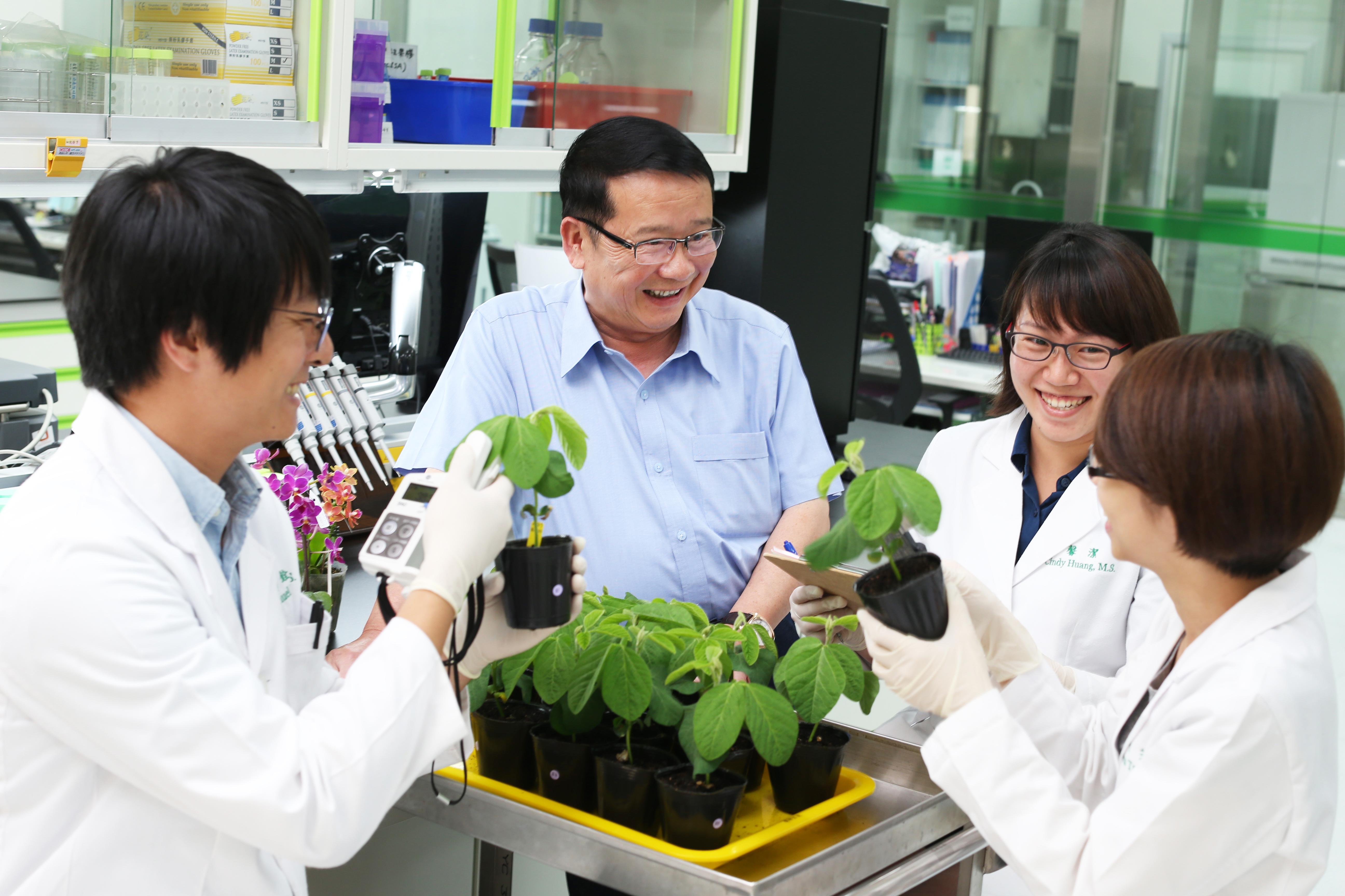 正瀚生技董事長吳正邦(圖中)於農業生技有多年經驗,獨特的商業模式已被美國等主要農業市場驗證成功