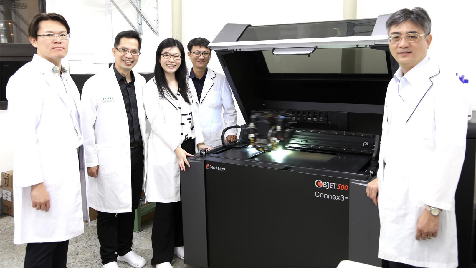 團隊與中心3D列印機台合影