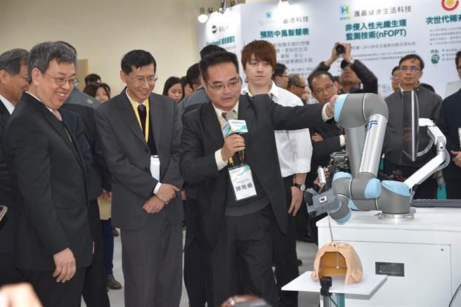 鈦隼與安排產品展示與副總統 互動