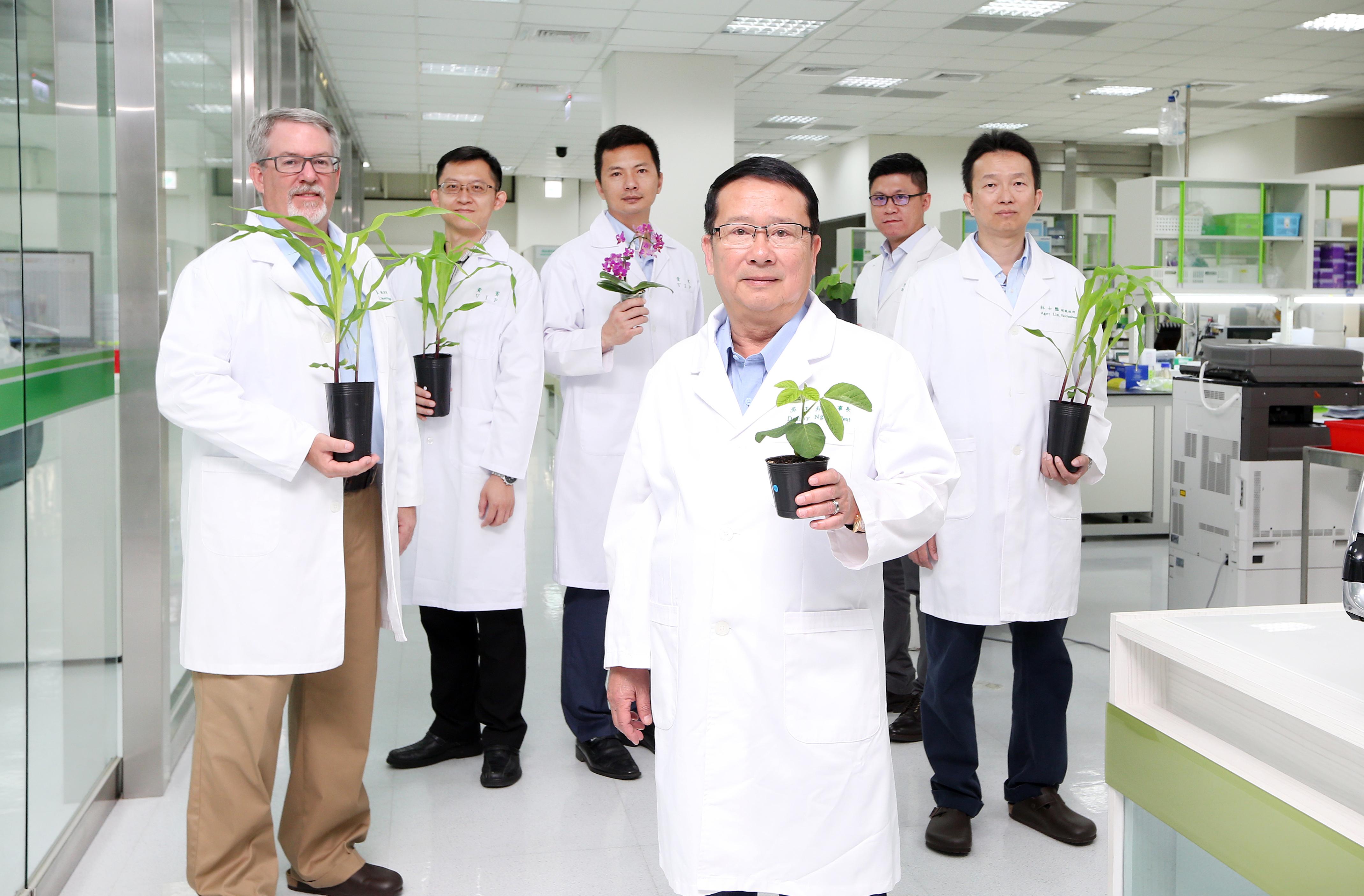 正瀚生技由董事長吳正邦(圖中)於2013年底成立,集結總經理John Wolf(圖左)等一流人才組成經營團隊,要為台灣農業生技開創新局