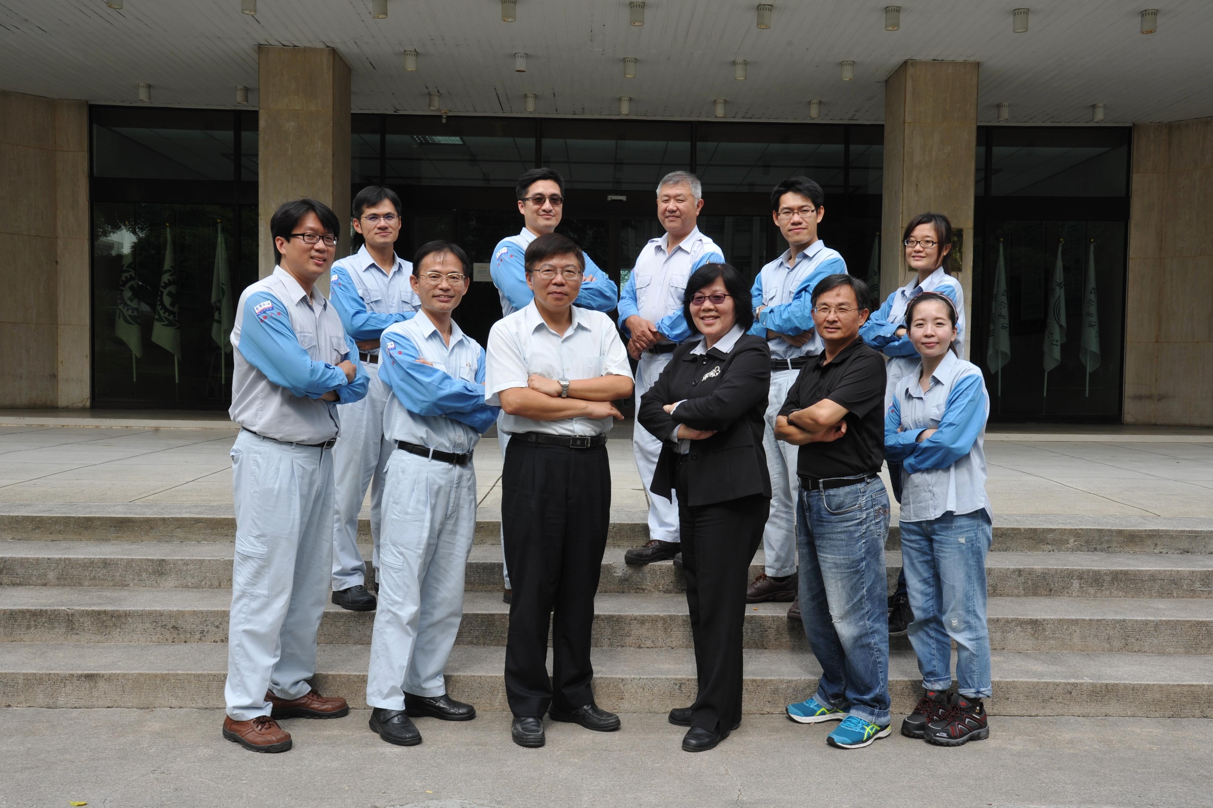 研究團隊在中油公司煉研所行政大樓前合照