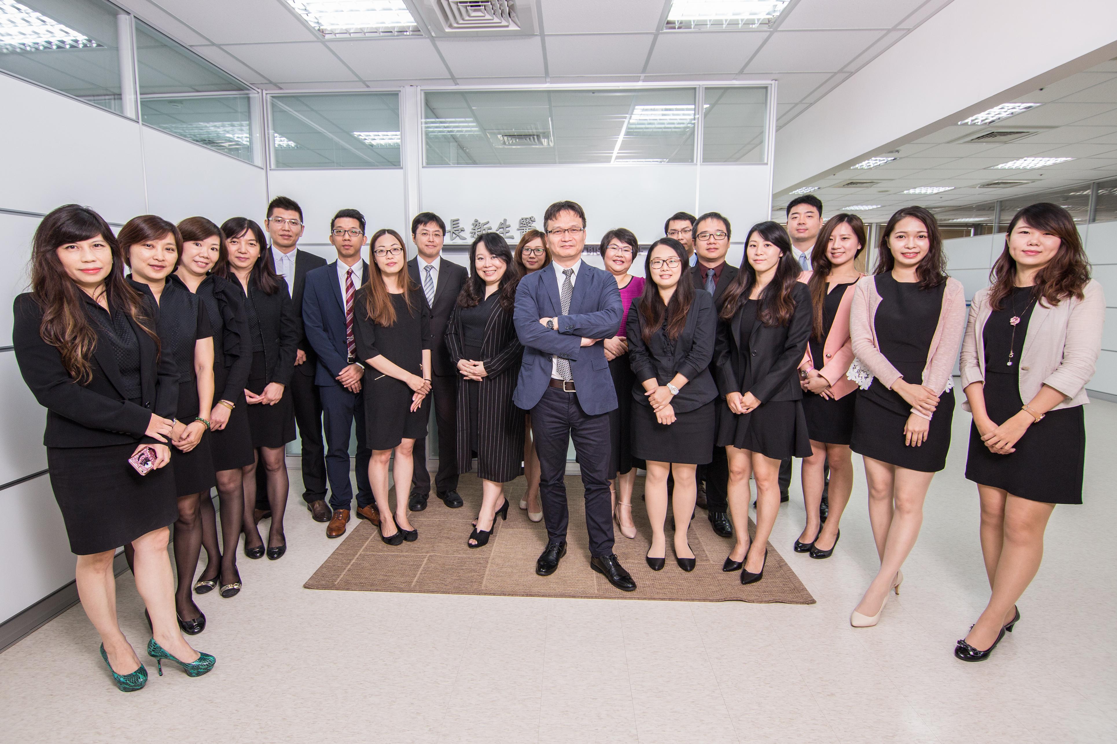 長新生醫的行政經營團隊,位於中間的為長新生醫總經理 李友錚博士