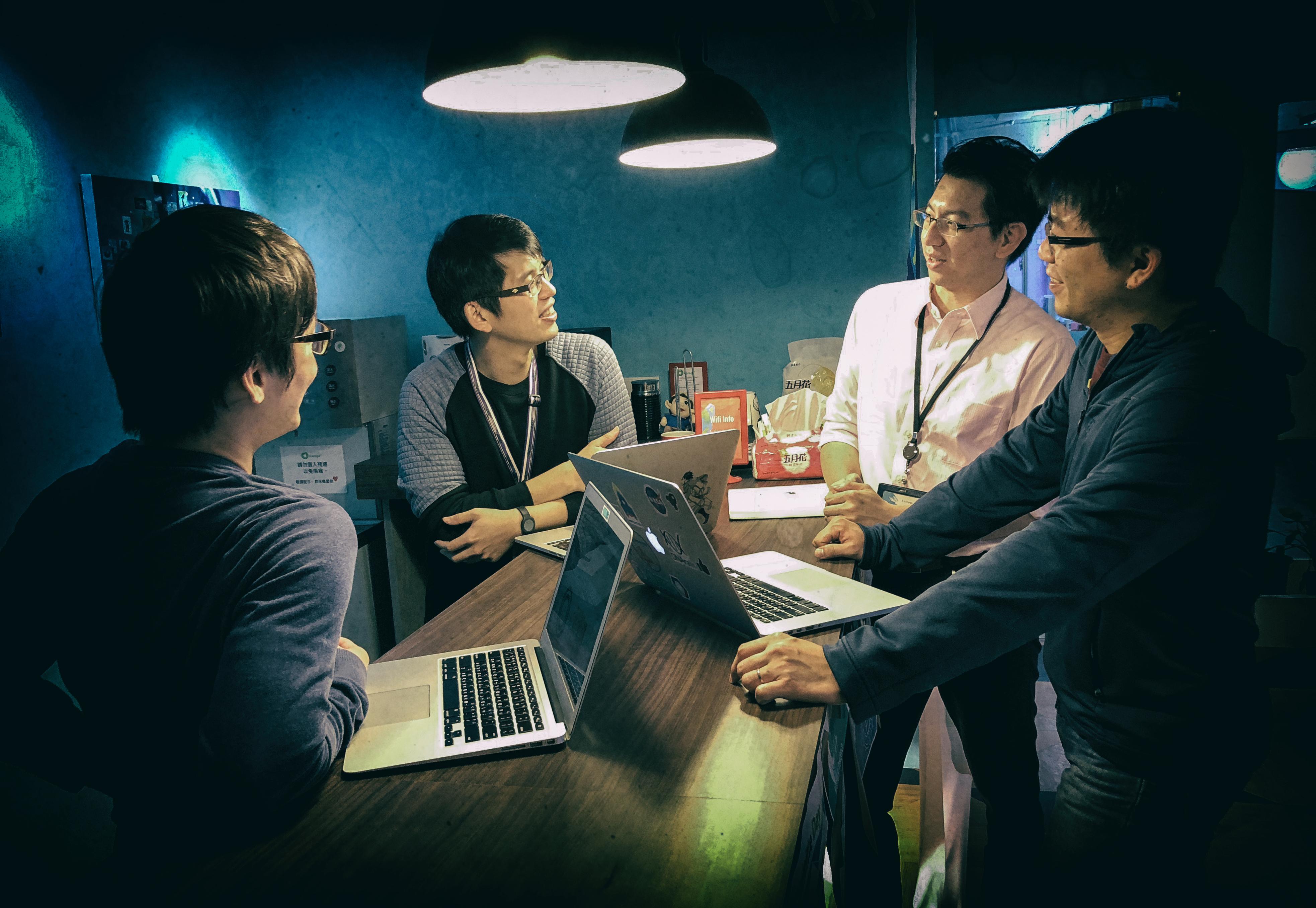 每週工作團隊以standup meeting的模式統整進度