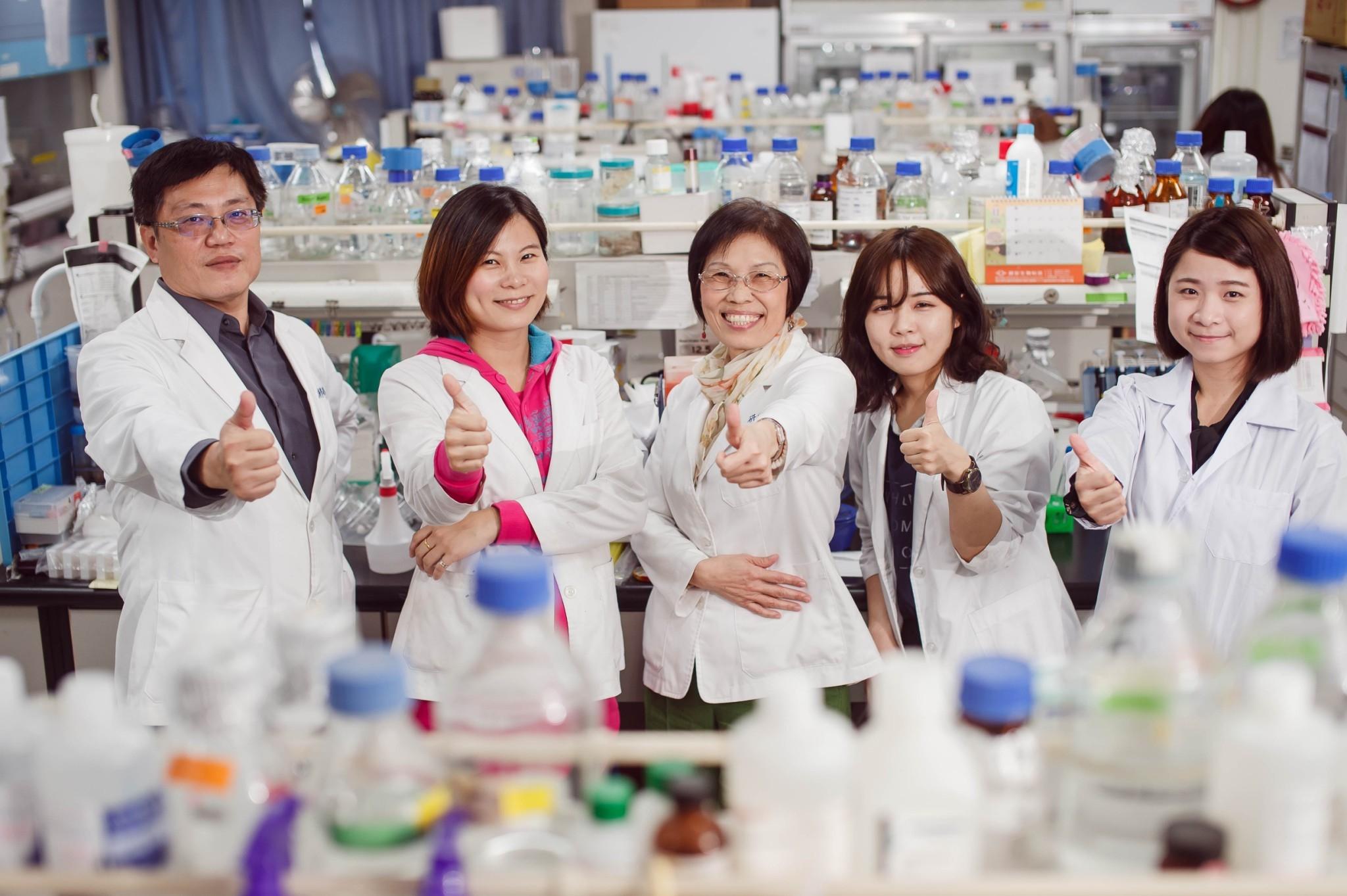 研發團隊-左起王耀賢博士 戴宜均博士 何美泠教授 黃珮詒 王曼薇