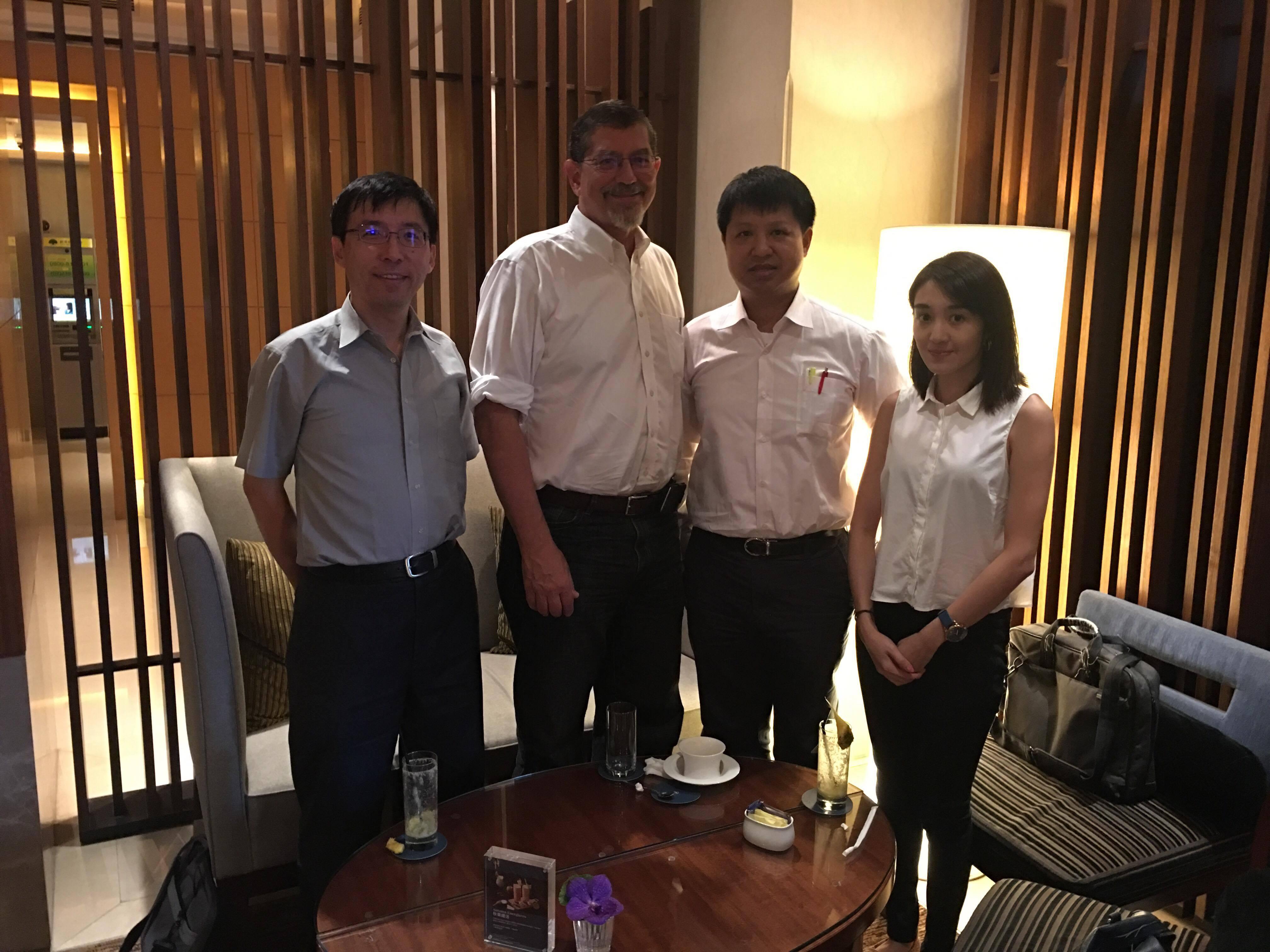 YQ1團隊-左一黃奇英教授, 右一許瑄珉博士候選人, 右二黃澤宏醫師