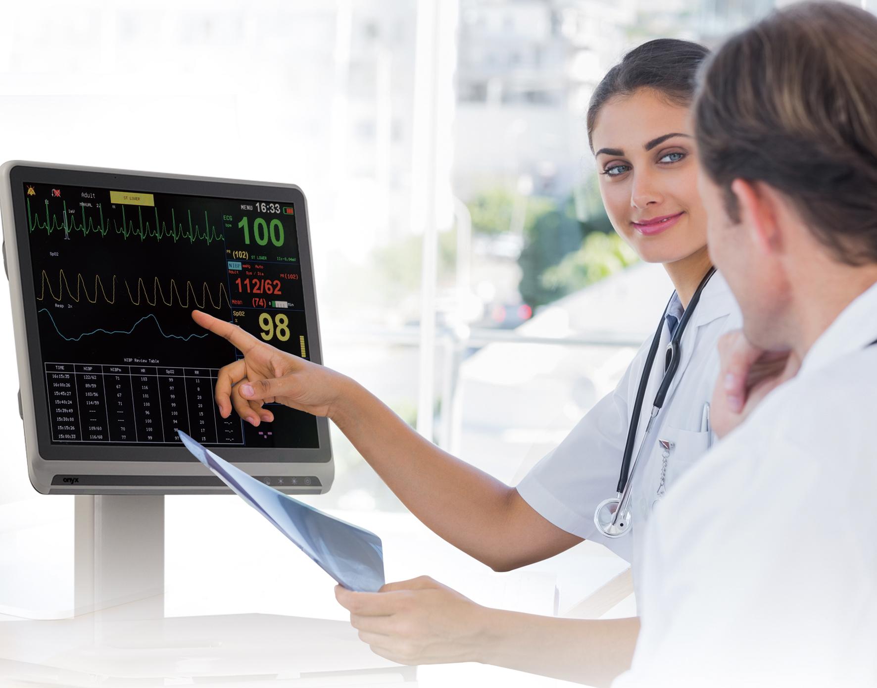 醫院醫生和護士透過醫療級不斷電系統了解病人的生理監控狀況