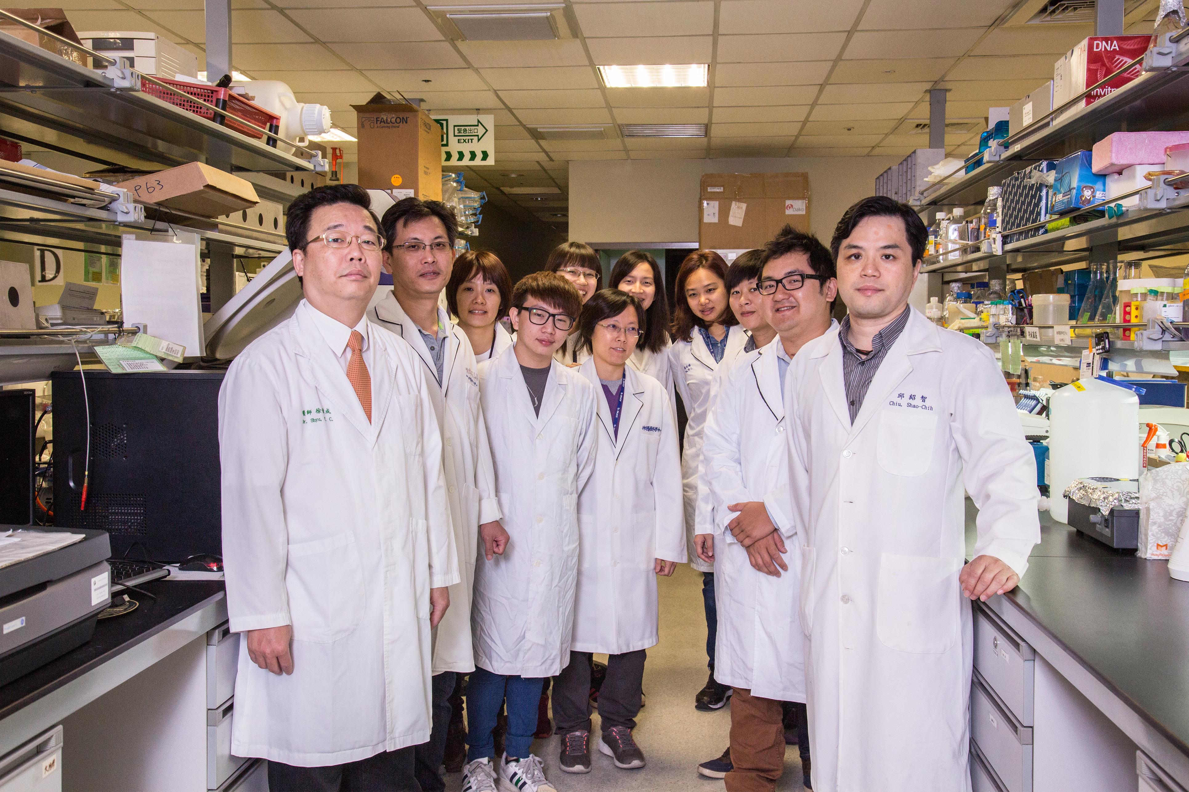 長新生醫及中國醫的研發團隊,此團隊由徐偉成副院長(左前)及邱紹智博士(右前)所帶領