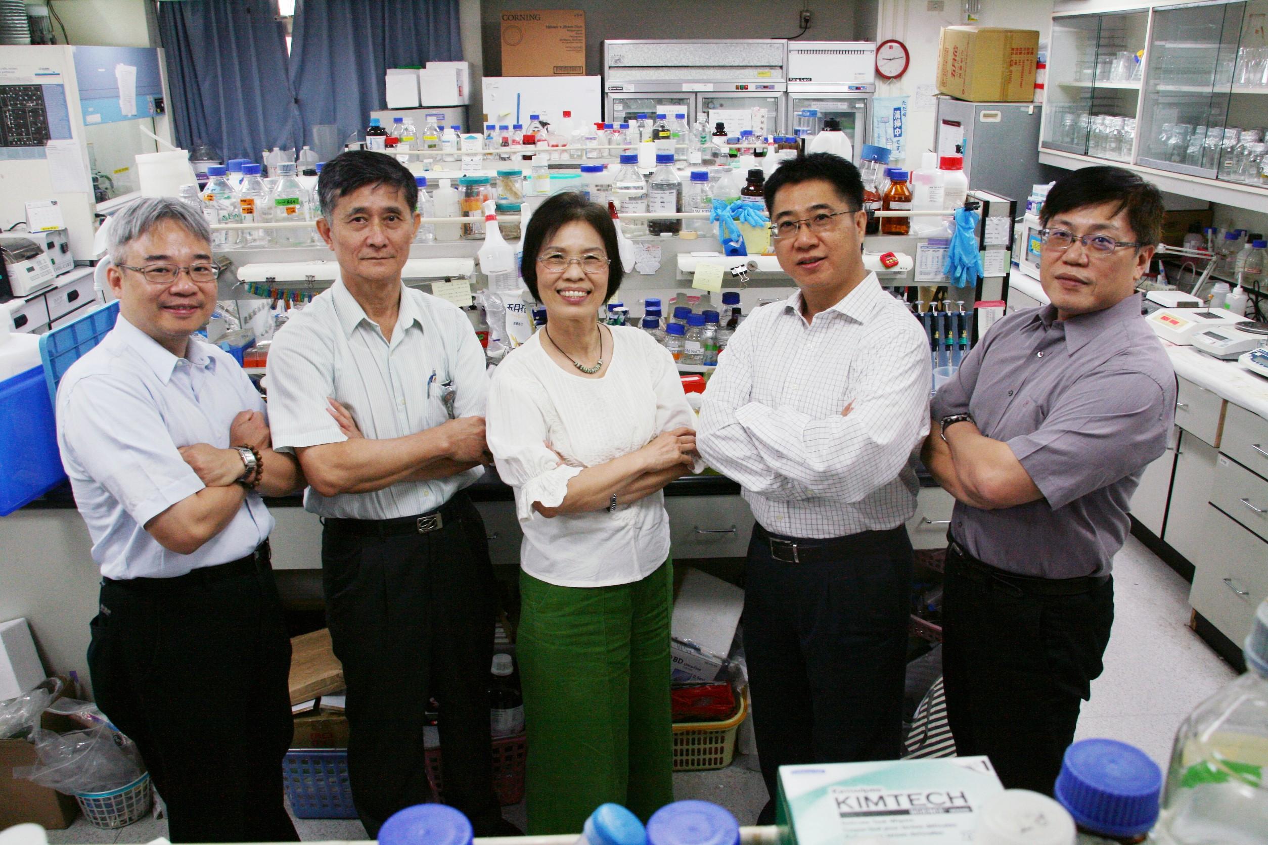 發明人團隊-左起 陳崇桓醫師 張瑞根醫師 何美泠教授 林哲信教授 王耀賢博士