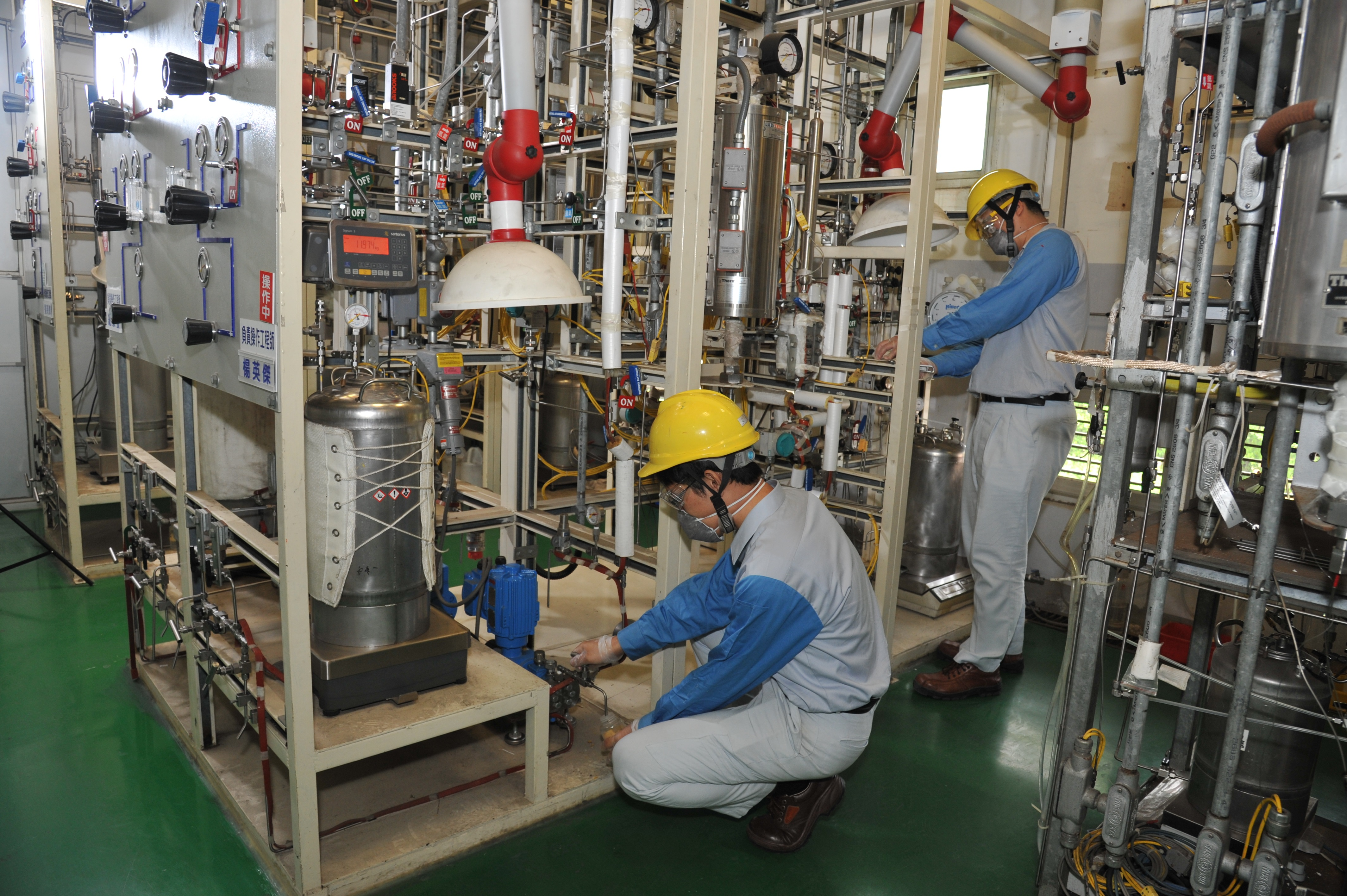 研究成員正在操作反應設備