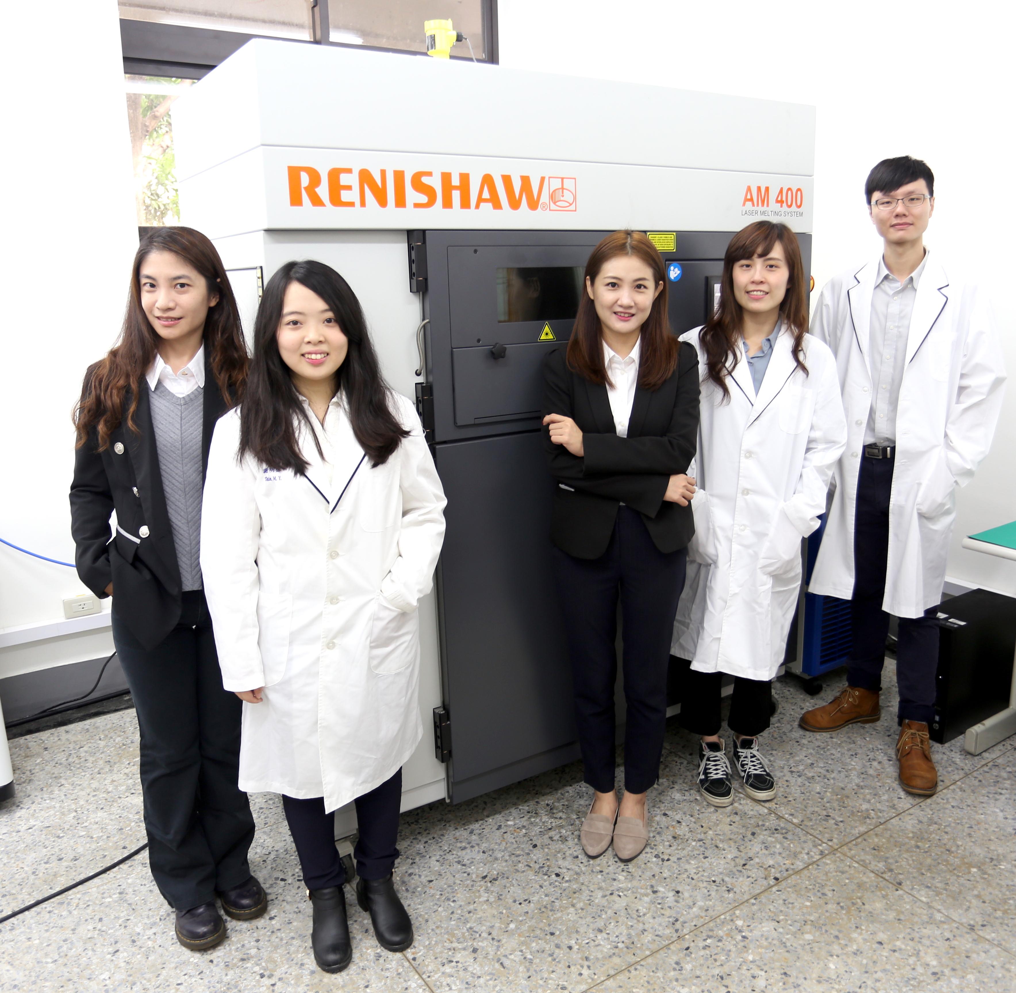 金屬3D列印機RENISHAW AM400與成員合照