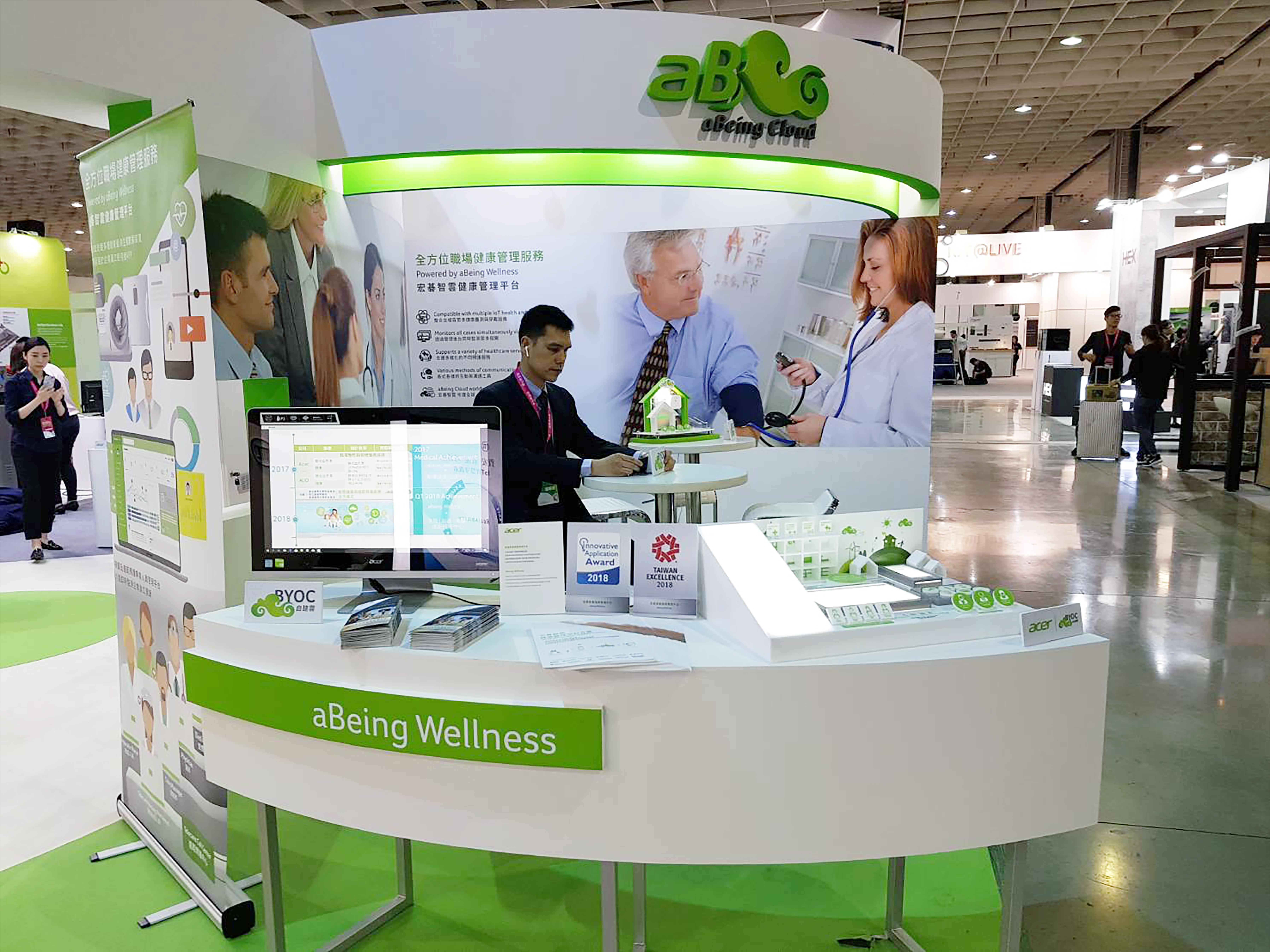 aBeing Wellness宏碁智雲健康管理平台於2018智慧城市展展出,圖為施宣輝董事長蒞臨展覽欣賞
