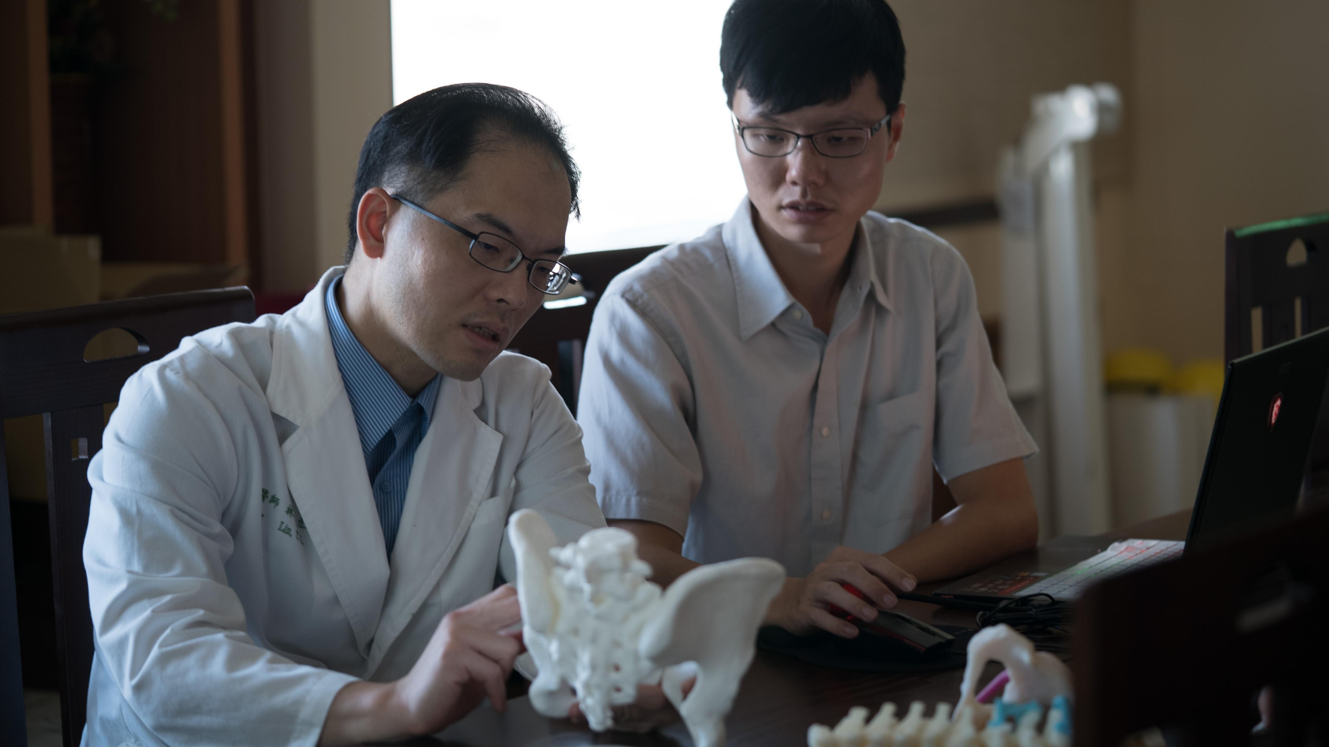 醫師與工程師討論手術規劃