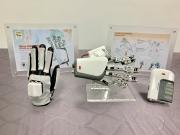 鏡像手模組包含:感測手套、機器手及控制盒(由左至右)