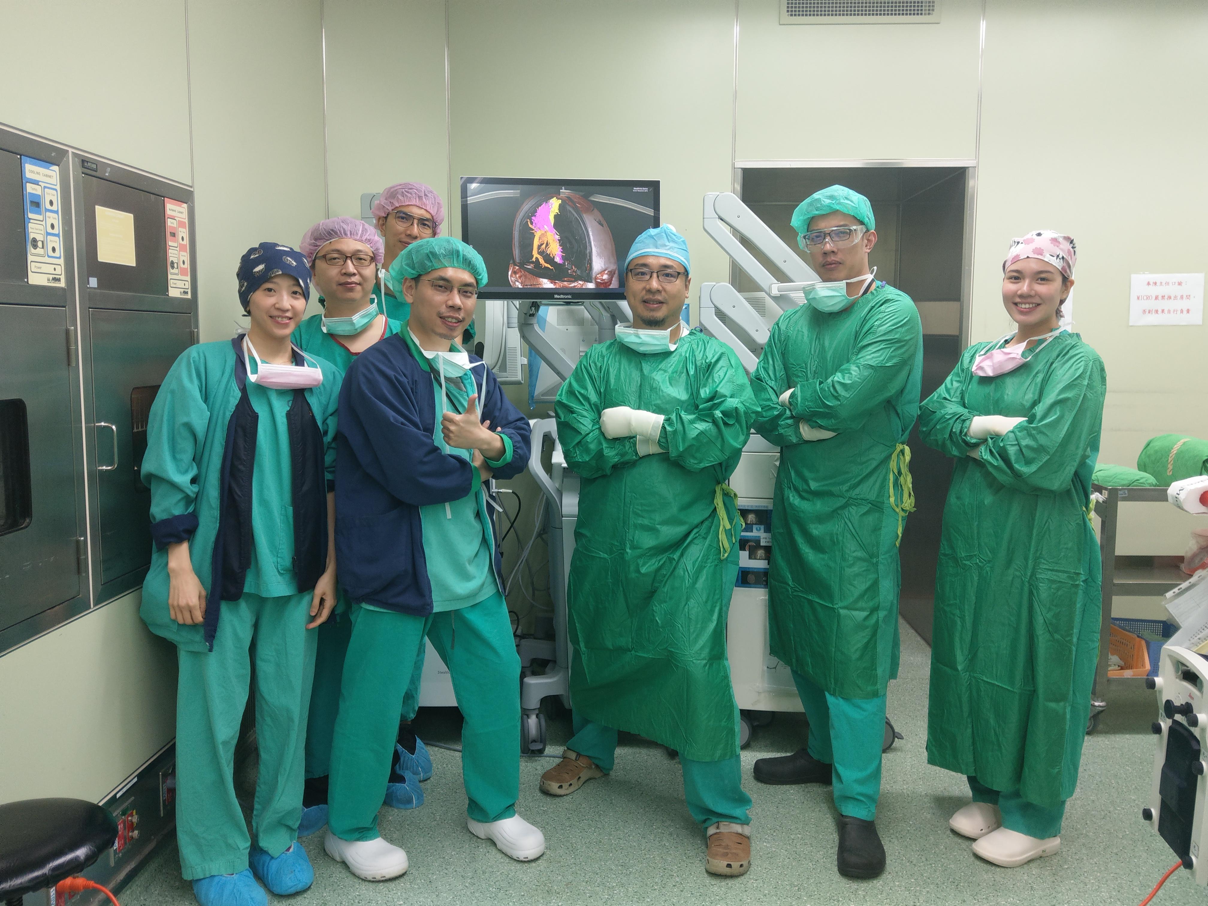 """由手術醫師團隊,工程師團隊與護理師團隊們共同在手術室打造""""虛擬實戰""""的成功"""