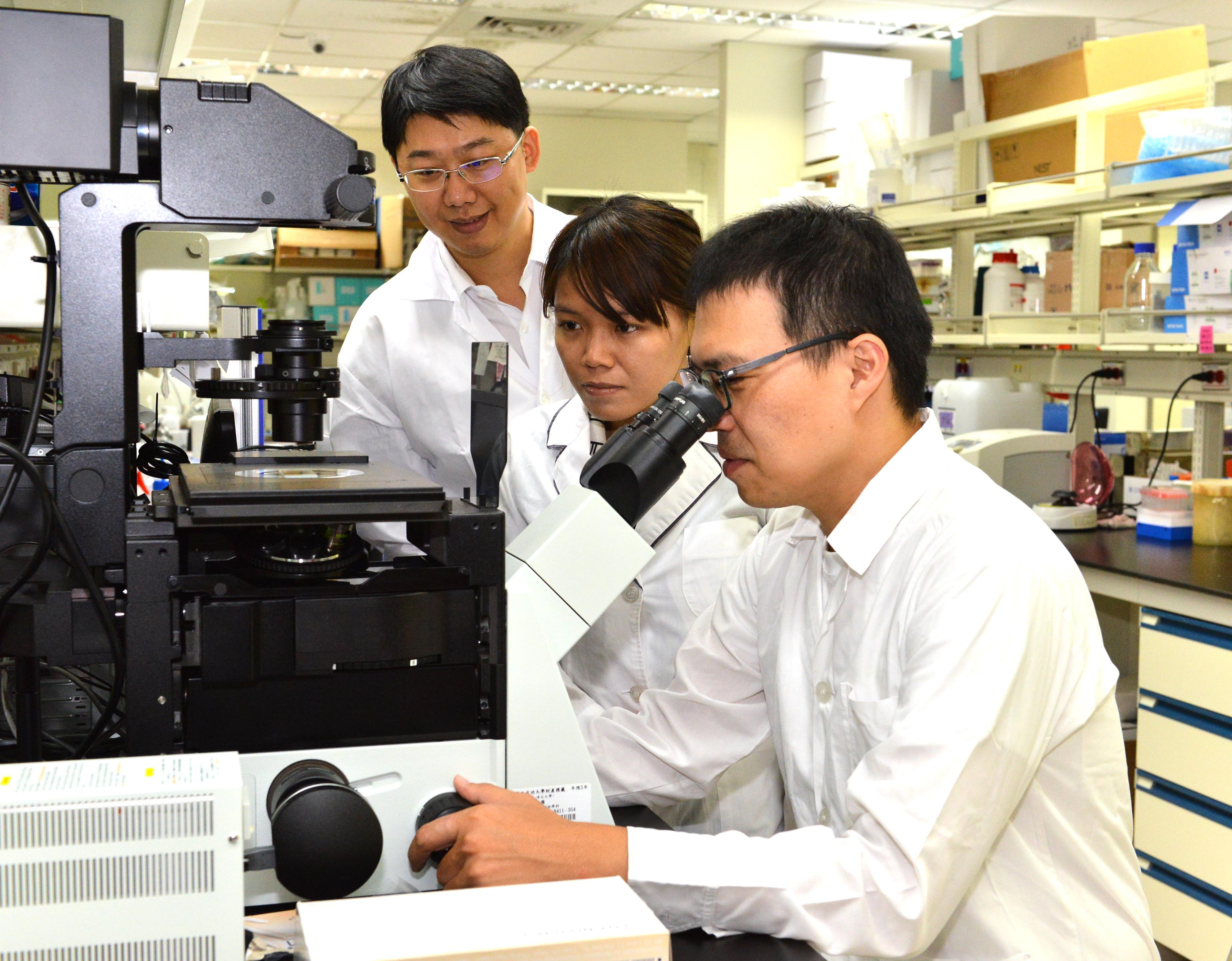 「貝爾醫材」成員示範產品使用方式(上圖)。「貝爾醫材」成員黃聖洋(右)操作實驗