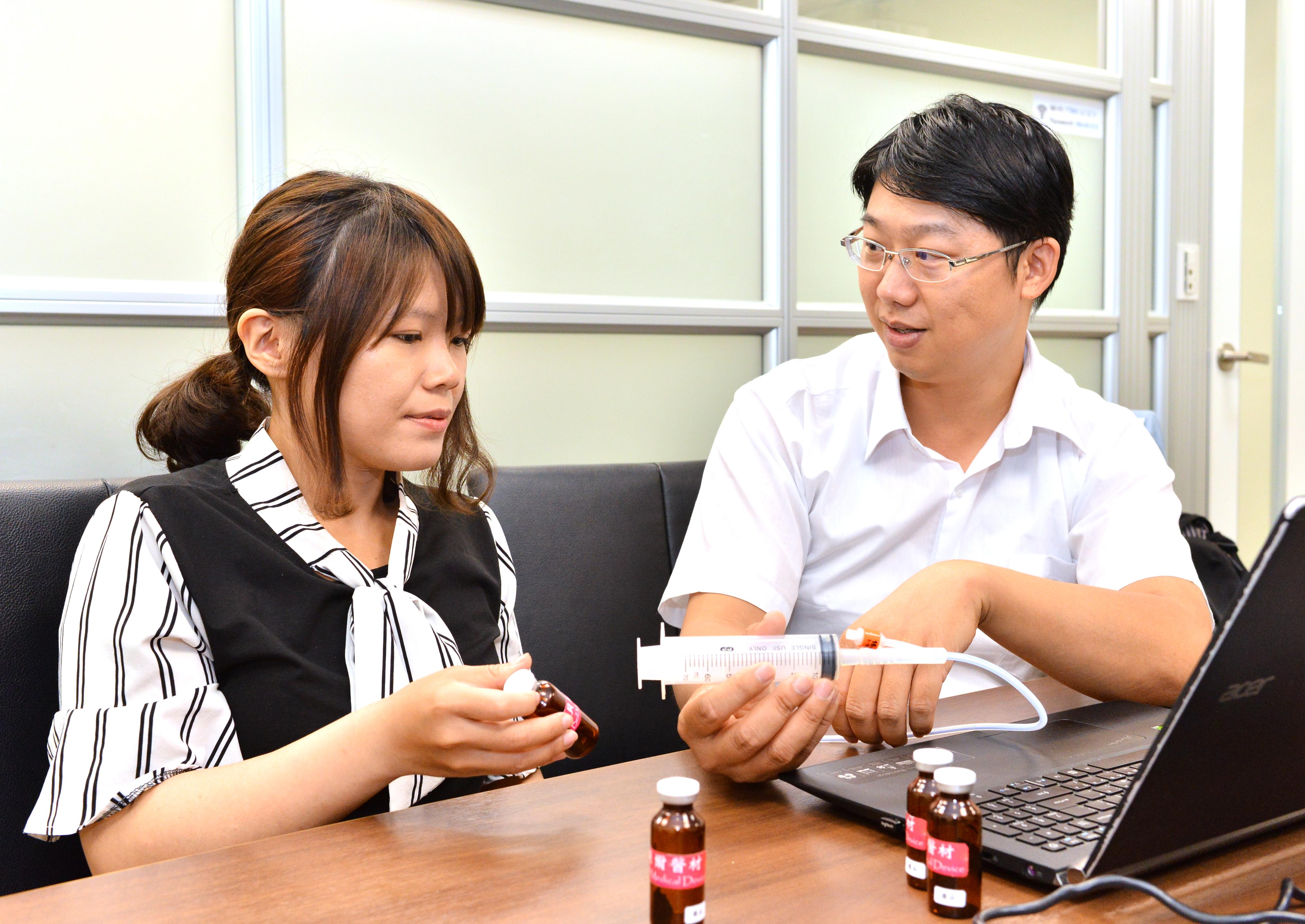 「貝爾醫材」成員洪銘謙(左)與張嘉容(右)