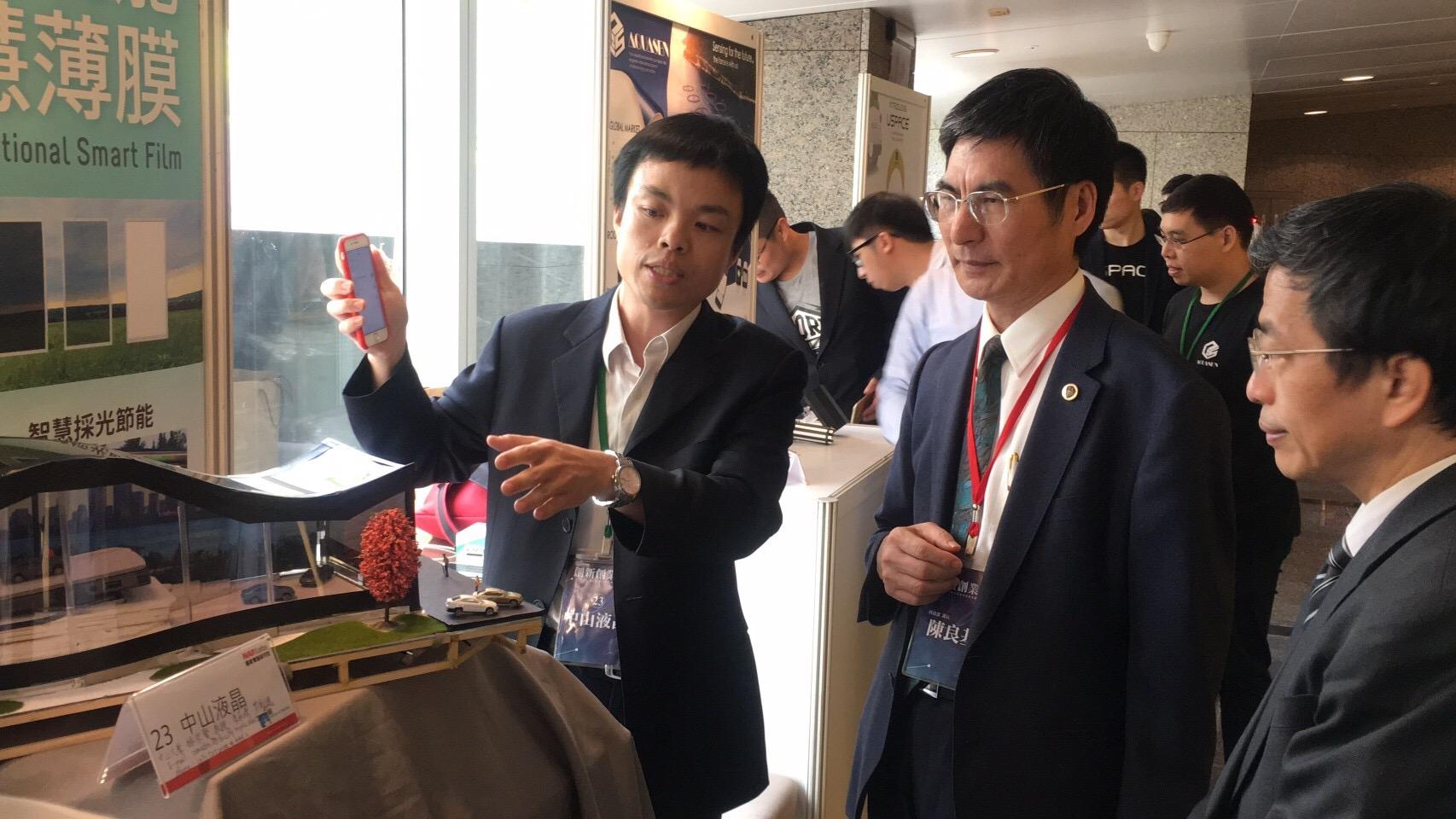此技術可用手機app遠端調控,並展示此技術於科技部長陳良基與國研院莊裕澤主任