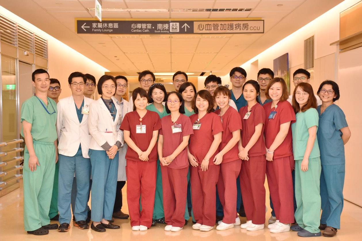 亞東醫院心臟血管外科在邱冠明醫師的帶領下,進行國際性跨國合作,與日本、北韓、越南、印度、泰國、大陸等40多家醫療院所簽訂合作備忘錄,日本已多次派醫療團隊來本院受訓,本院也曾代訓北韓紅十字醫院的心臟團隊,使受訓人員回國後能執行開心手術