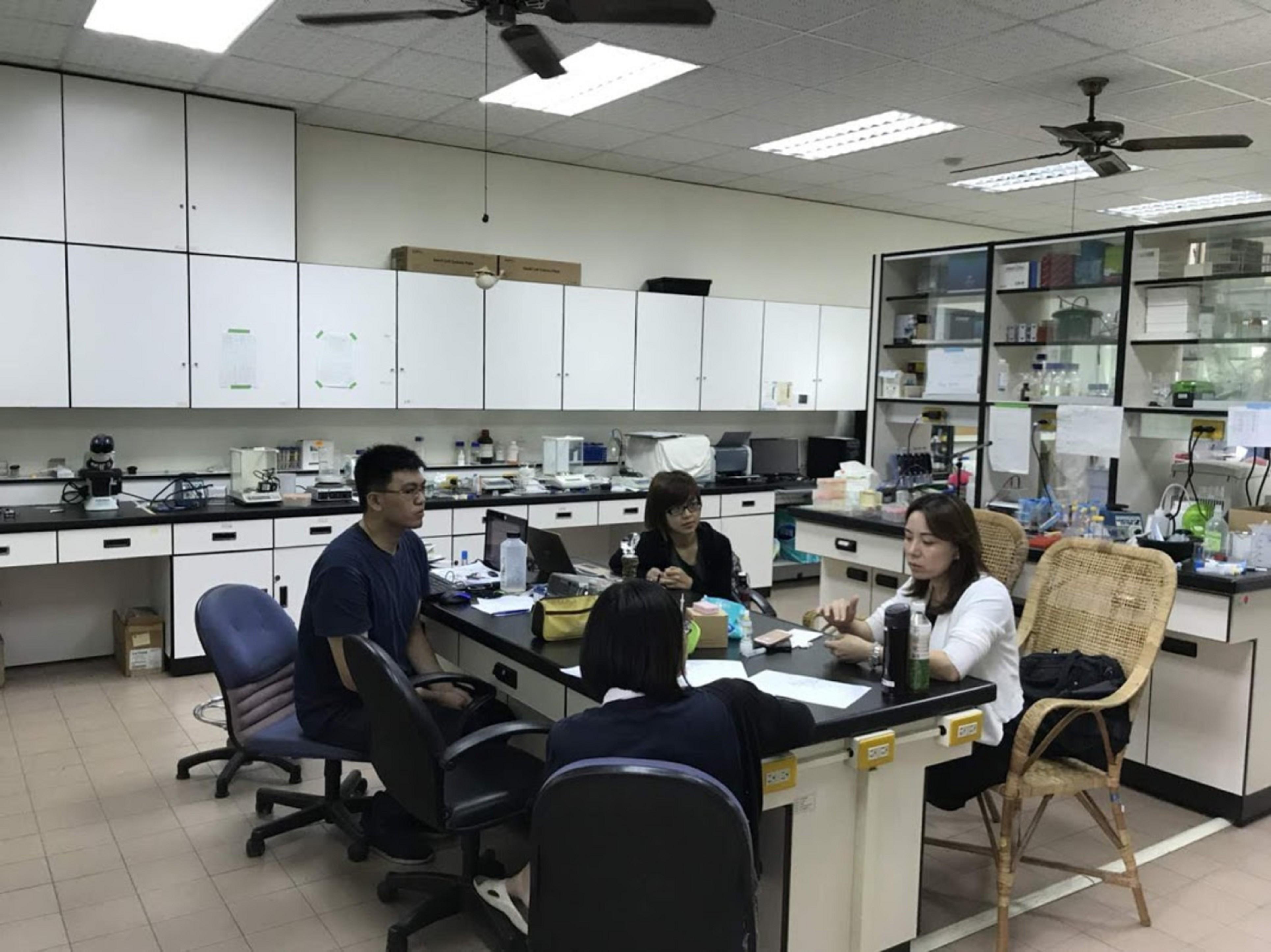 團隊自行邀請業師到實驗室上課指導