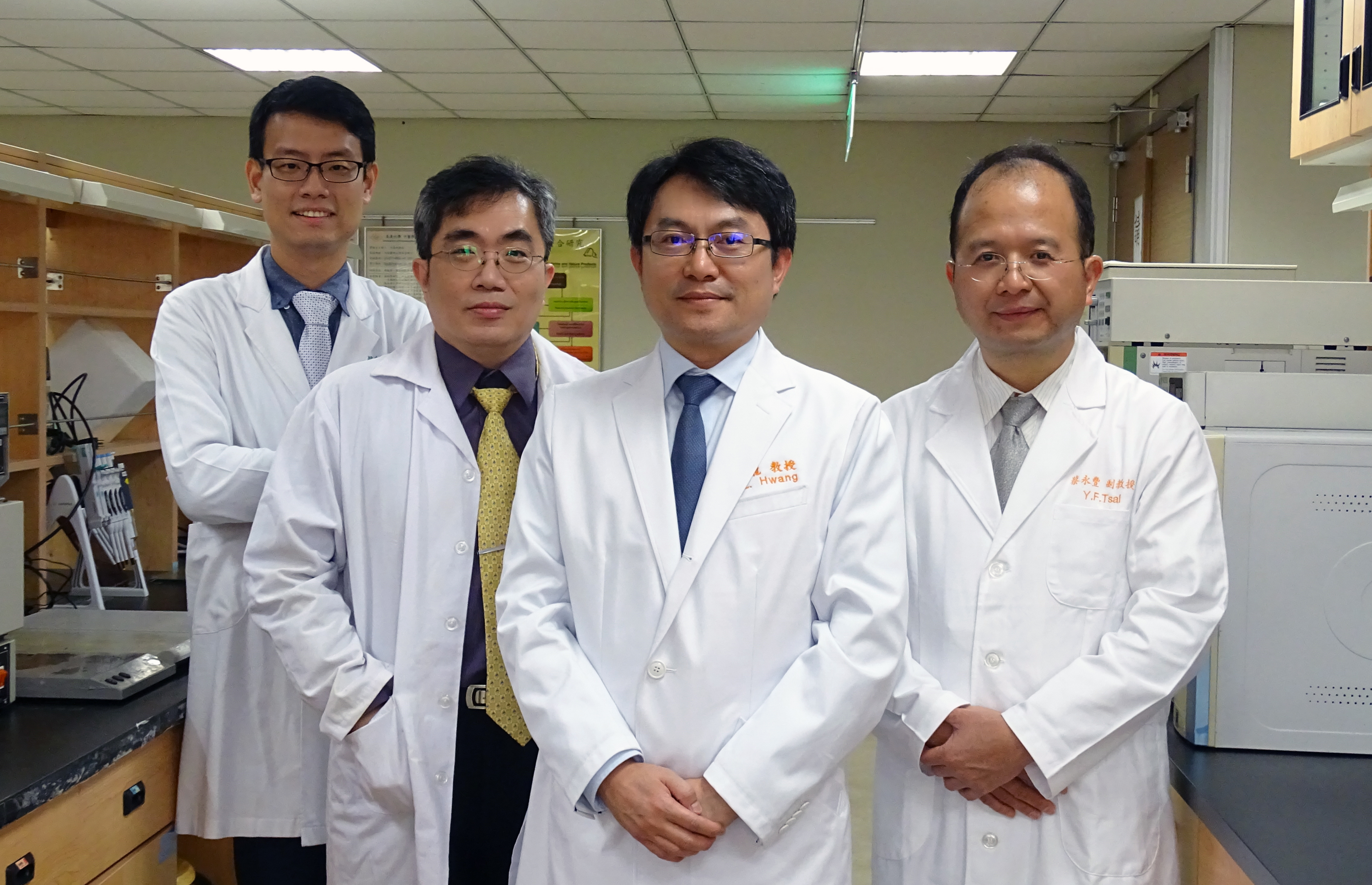 專家團隊(左起):高定一 中醫師;謝珮文 教授;黃聰龍 教授;蔡永豐 西醫師