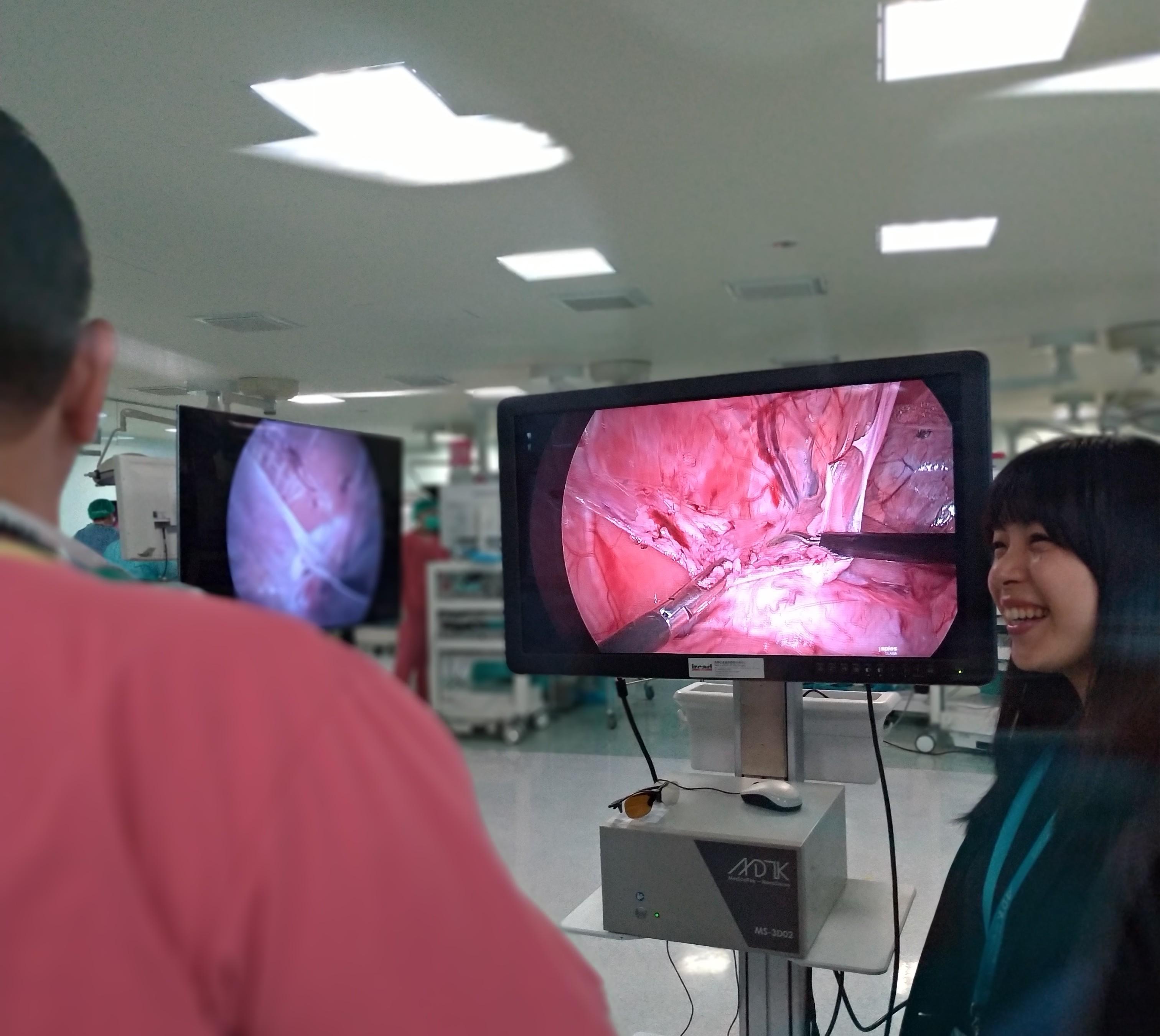在微創手術訓練課程中向醫師進行產品展示及介紹