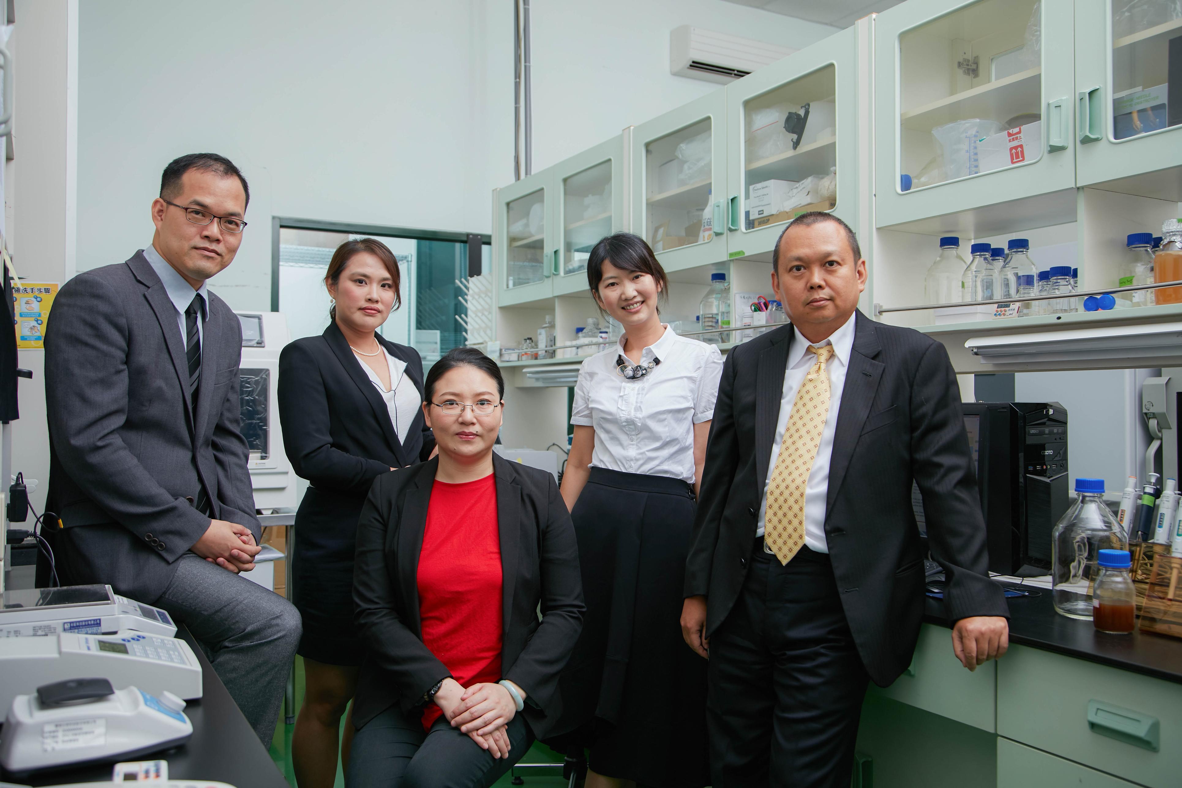 (右起)董事長、董事長特助、副總經理暨研發長、業務經理、子公司錦喬生技廠長