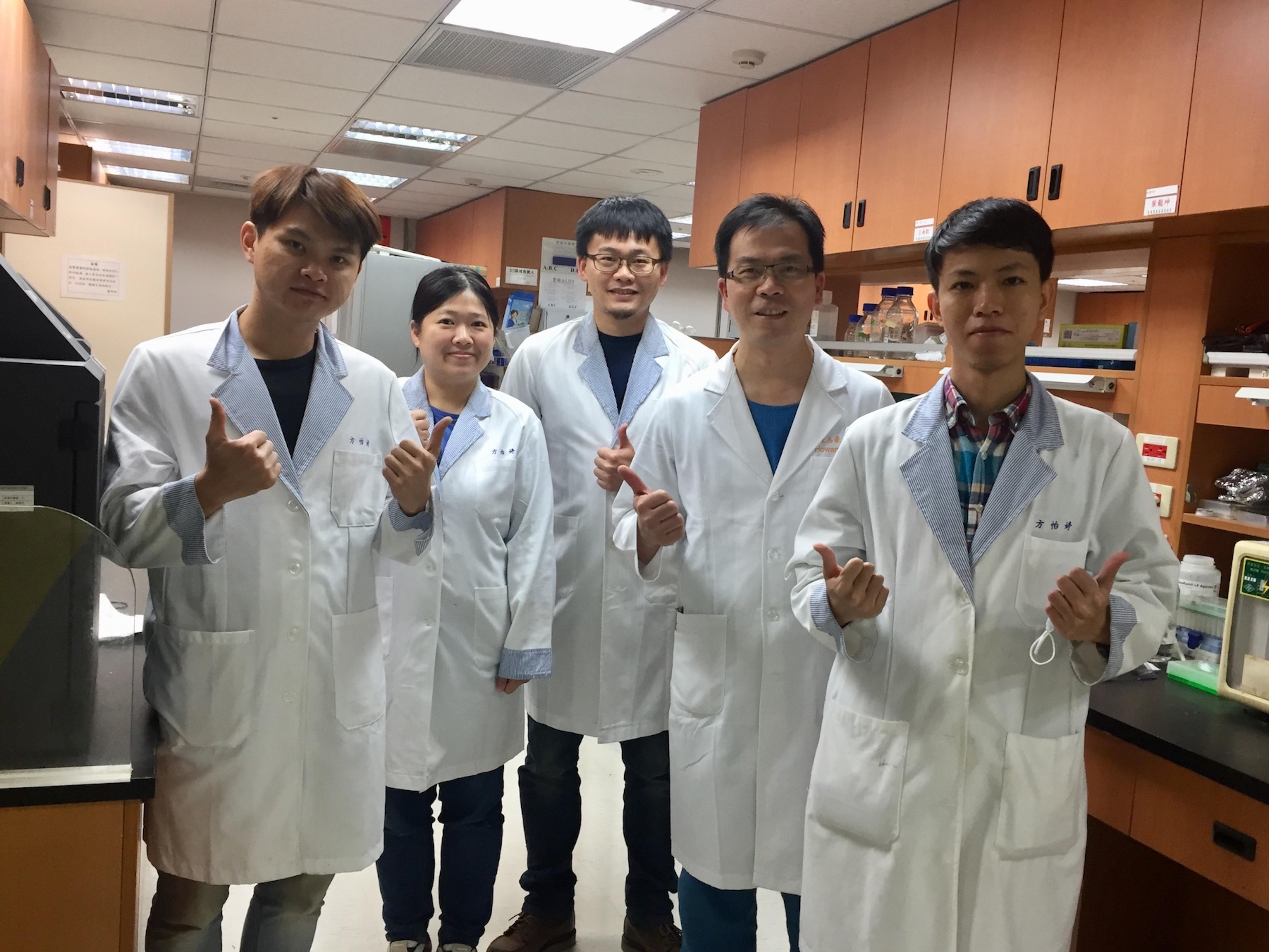 陳志豪教授(右二)與實驗室研究助理團隊於長庚醫院共同實驗室。