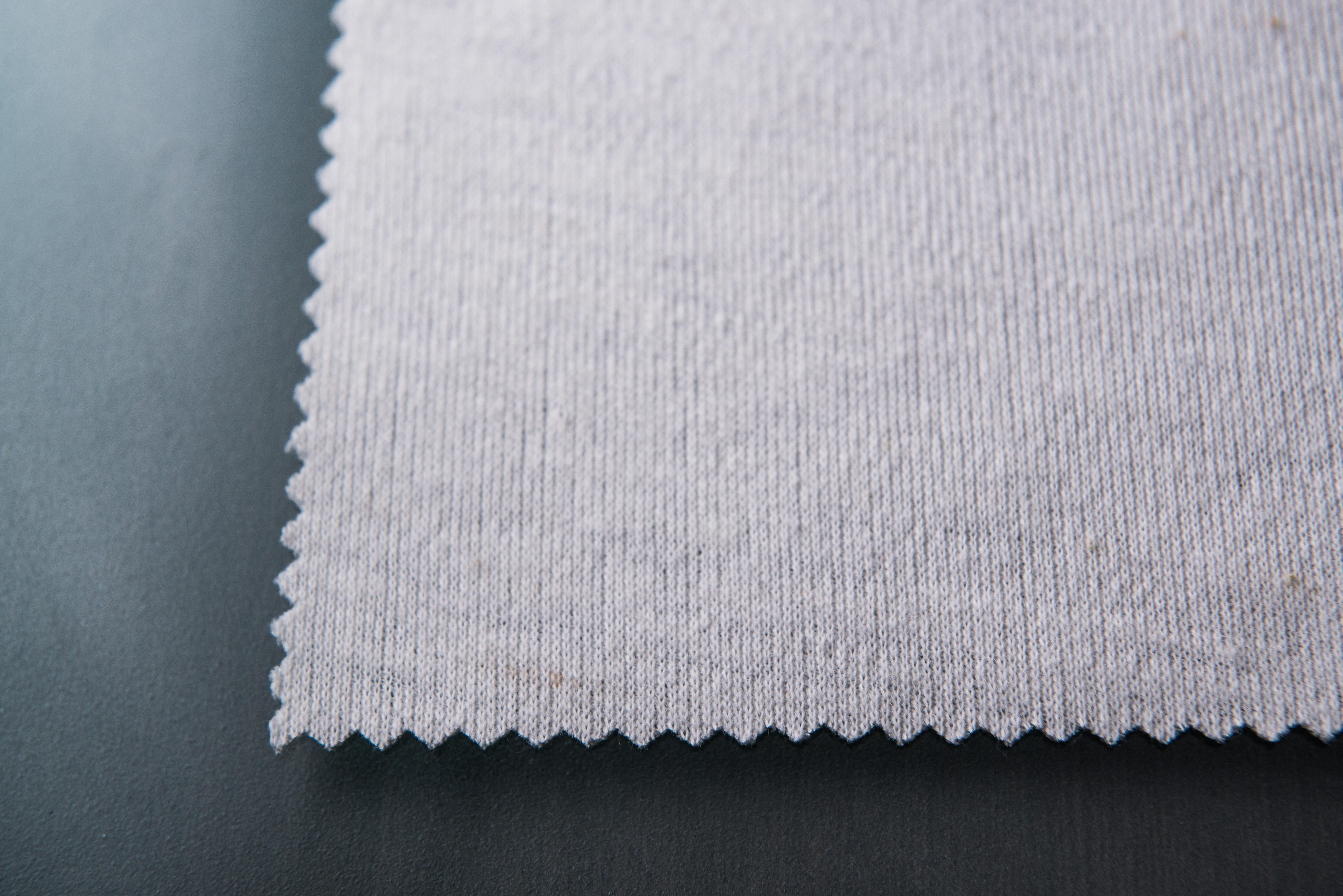 氣凝膠紡織纖維充分發揮了奈米氣凝膠材料極佳的疏水性以及卓越的保暖性能,並透過均勻分布於材料周身的孔隙結構實現完美透氣。