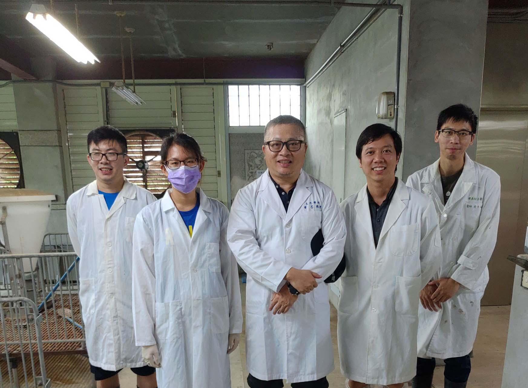 在實施眼科應用豬隻動物實驗與實驗室部份成員合照(右三為曾厚 教授)