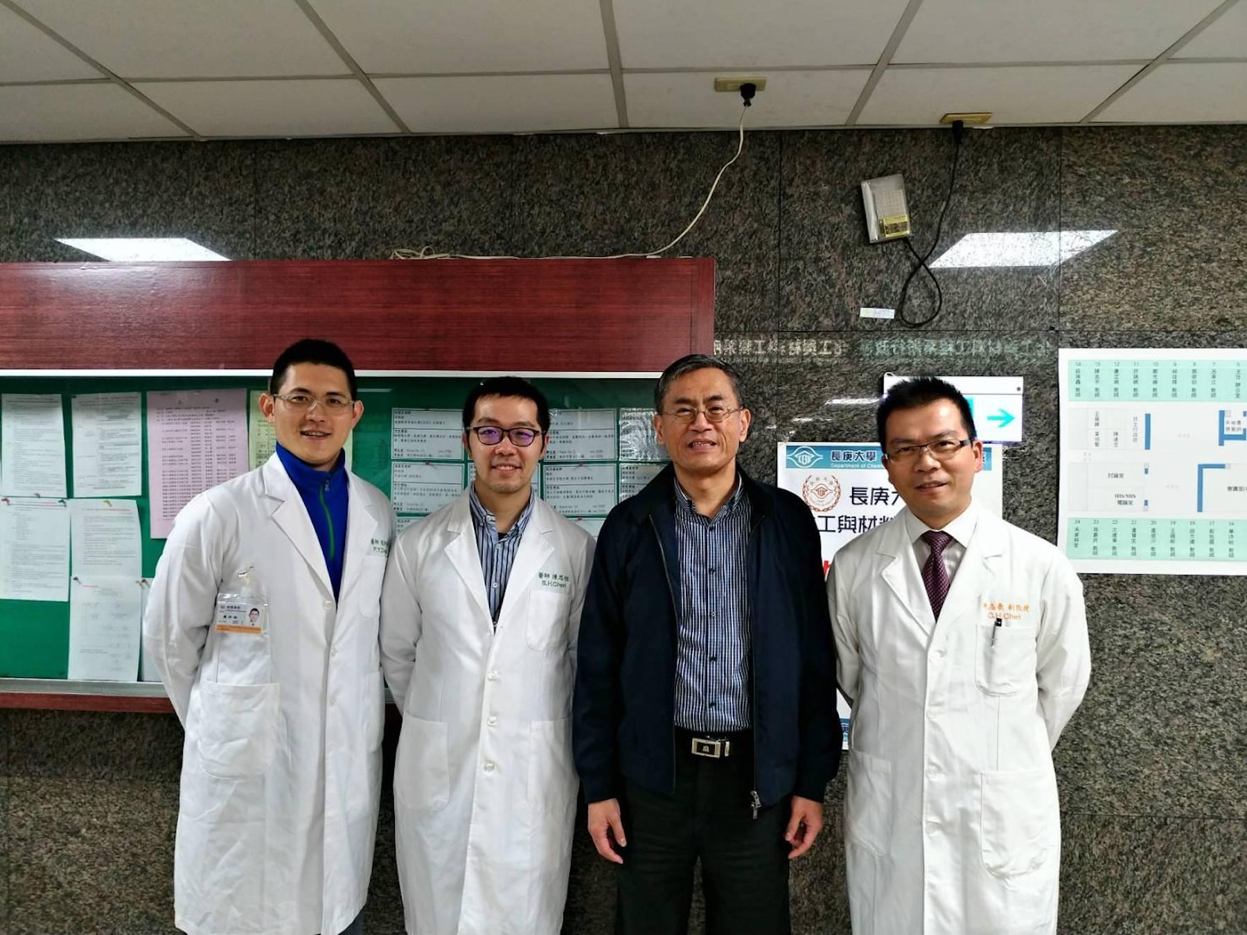 創新研發團隊於化材實驗室外合影(左一)周邦昀醫師、(左二)陳思恒醫師、(右一)陳志豪醫師及(右二)陳志平教授。
