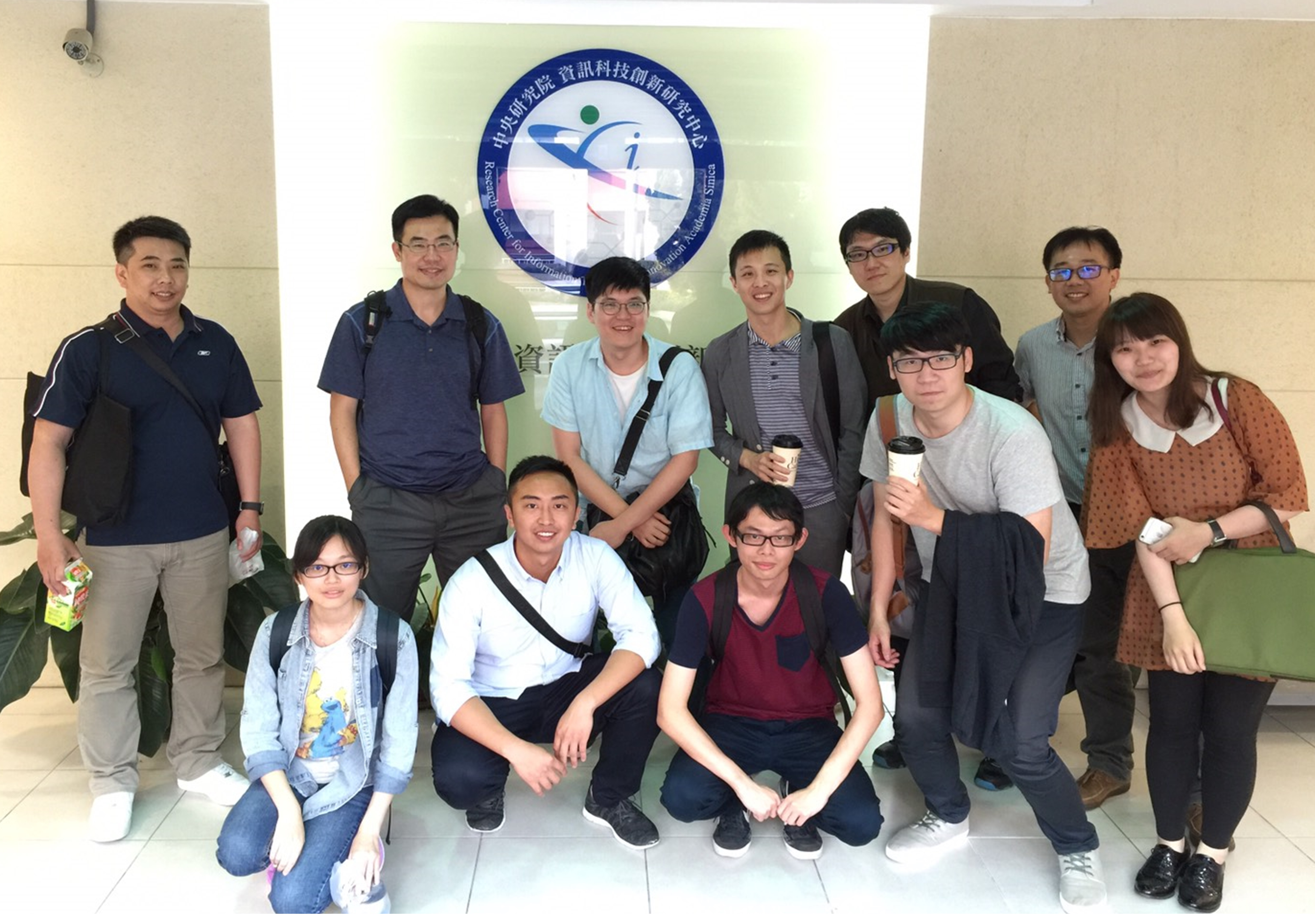 研究團隊成員於中央研究院資訊科技創新研究中心合影留念。