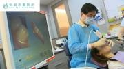 本院所醫師於臨床使用數位口內掃描儀器幫病患口內的牙齒取像.