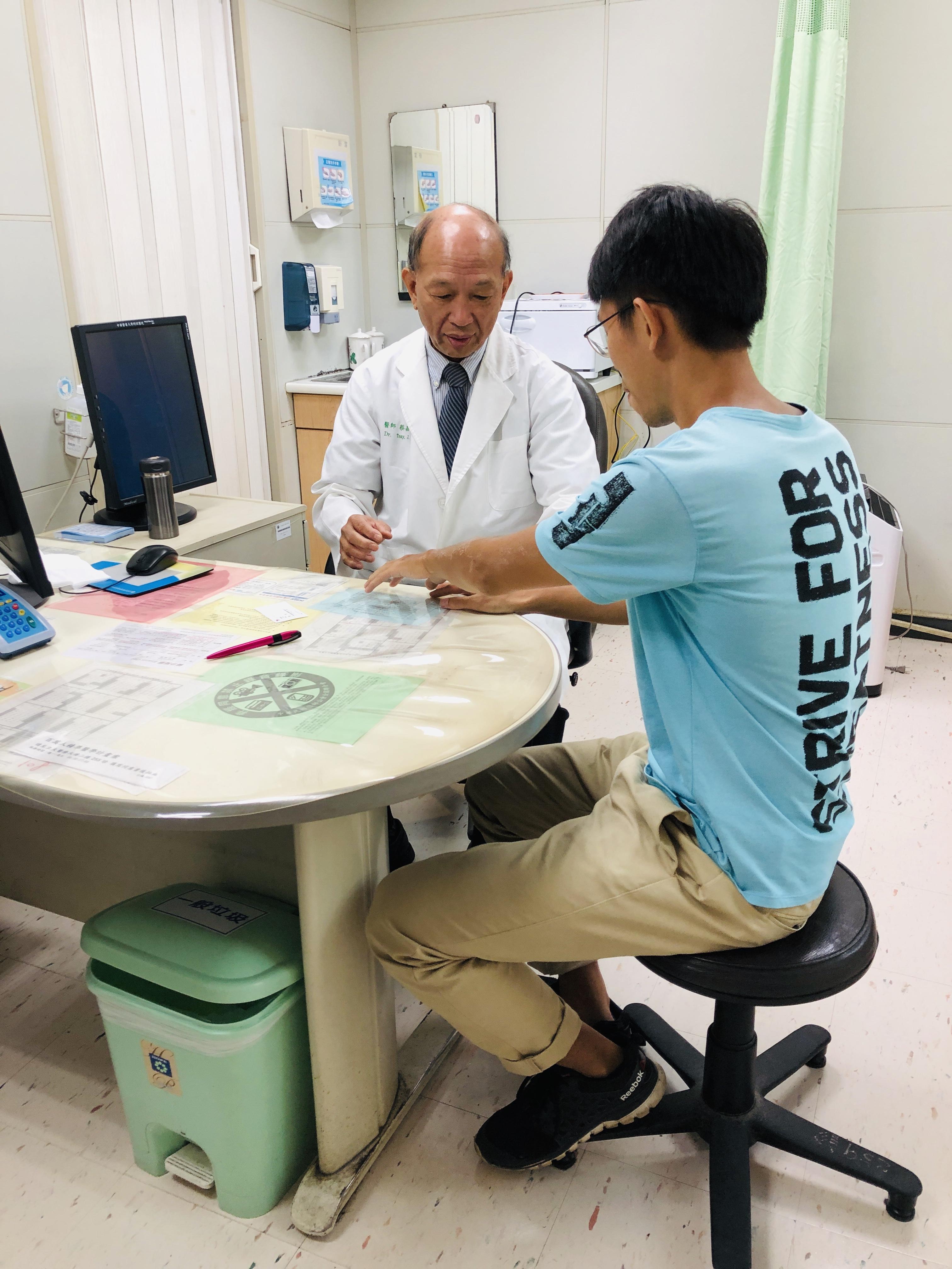 蔡醫師問診乾癬病人