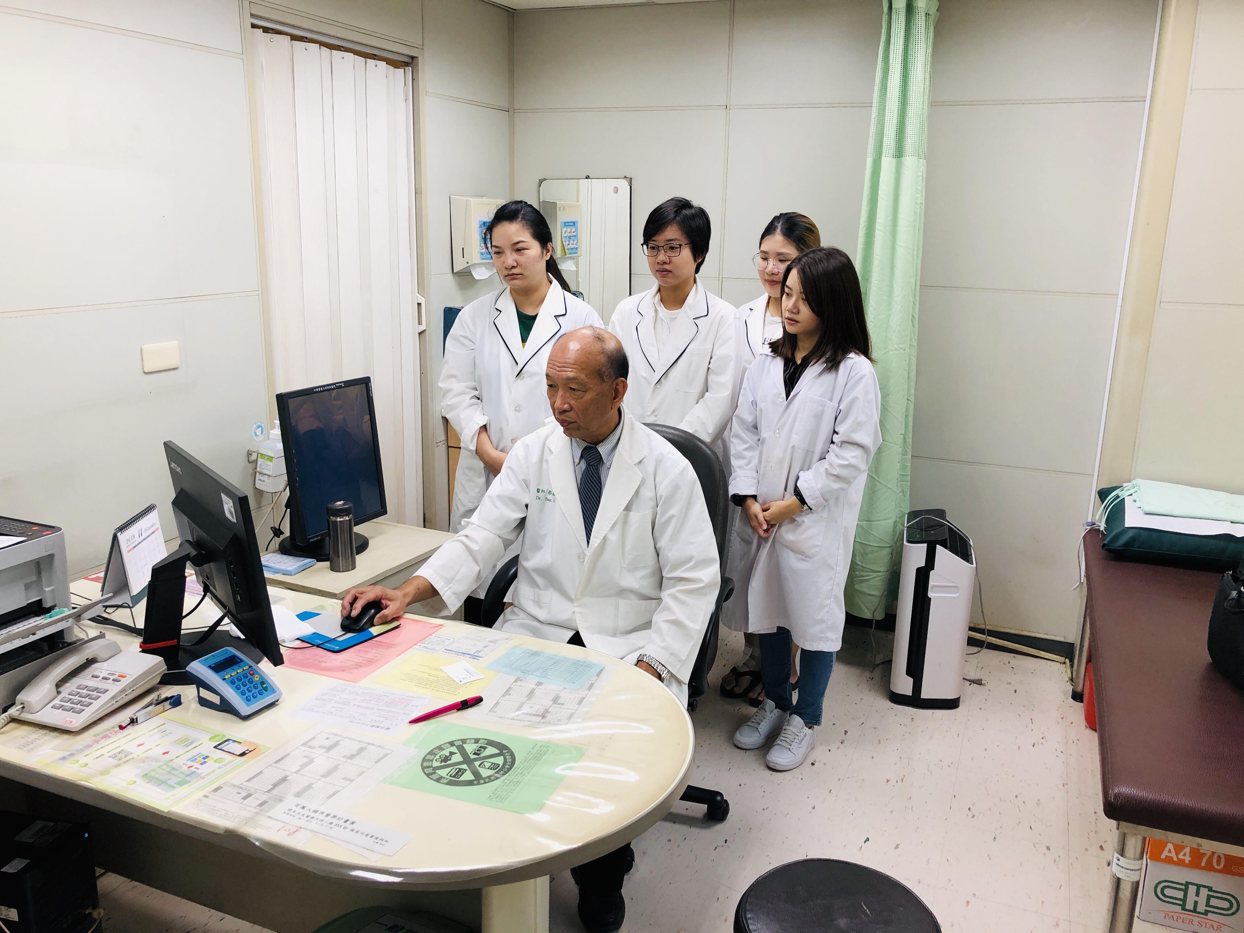 蔡醫師與團隊人員探討臨床疾病與實驗結果之關係