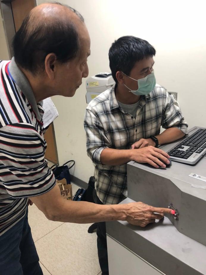 成員潘國興於成大醫院進行第一代雛型機臨床實驗