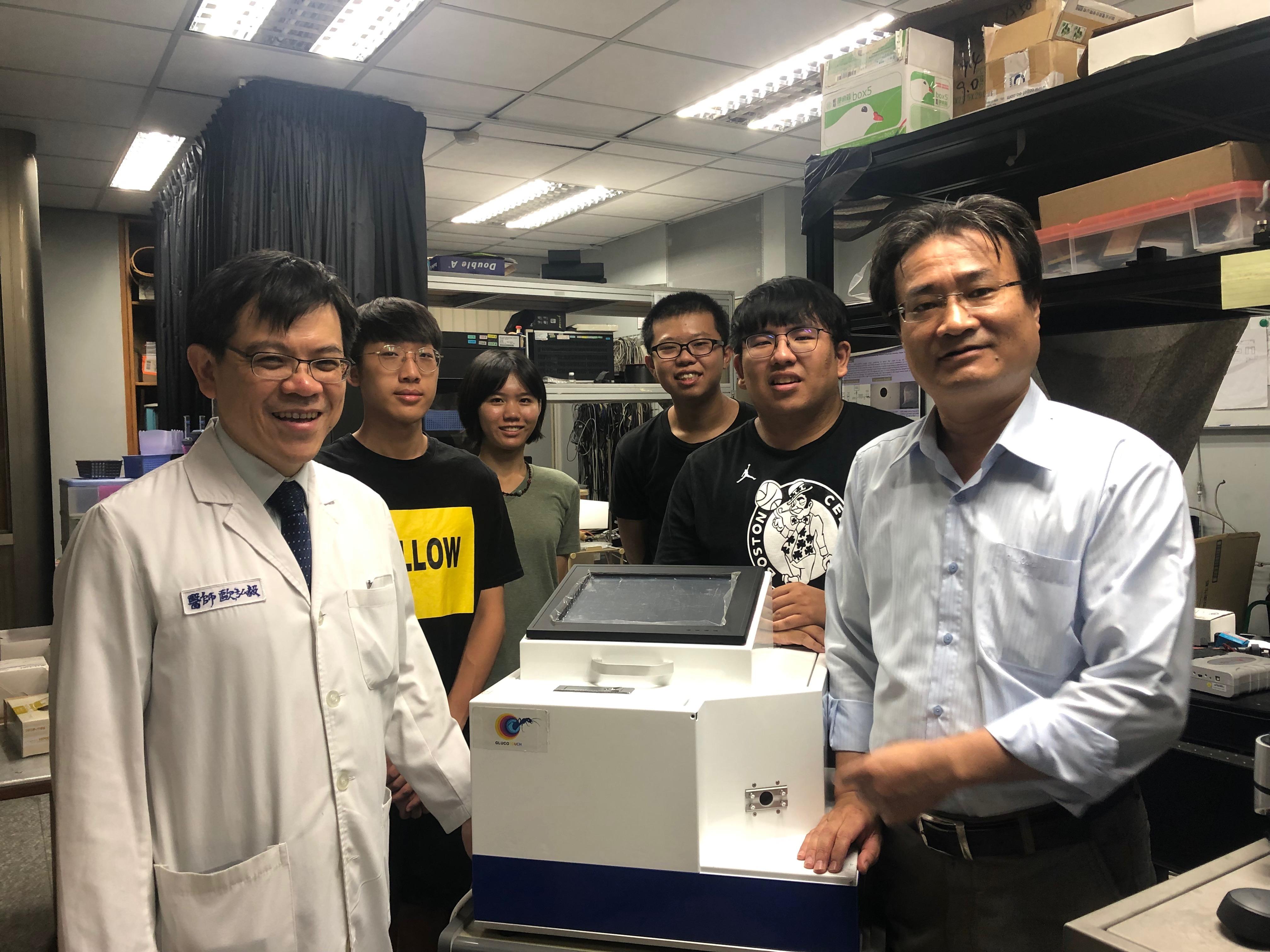 團隊於成大機械系實驗室合照
