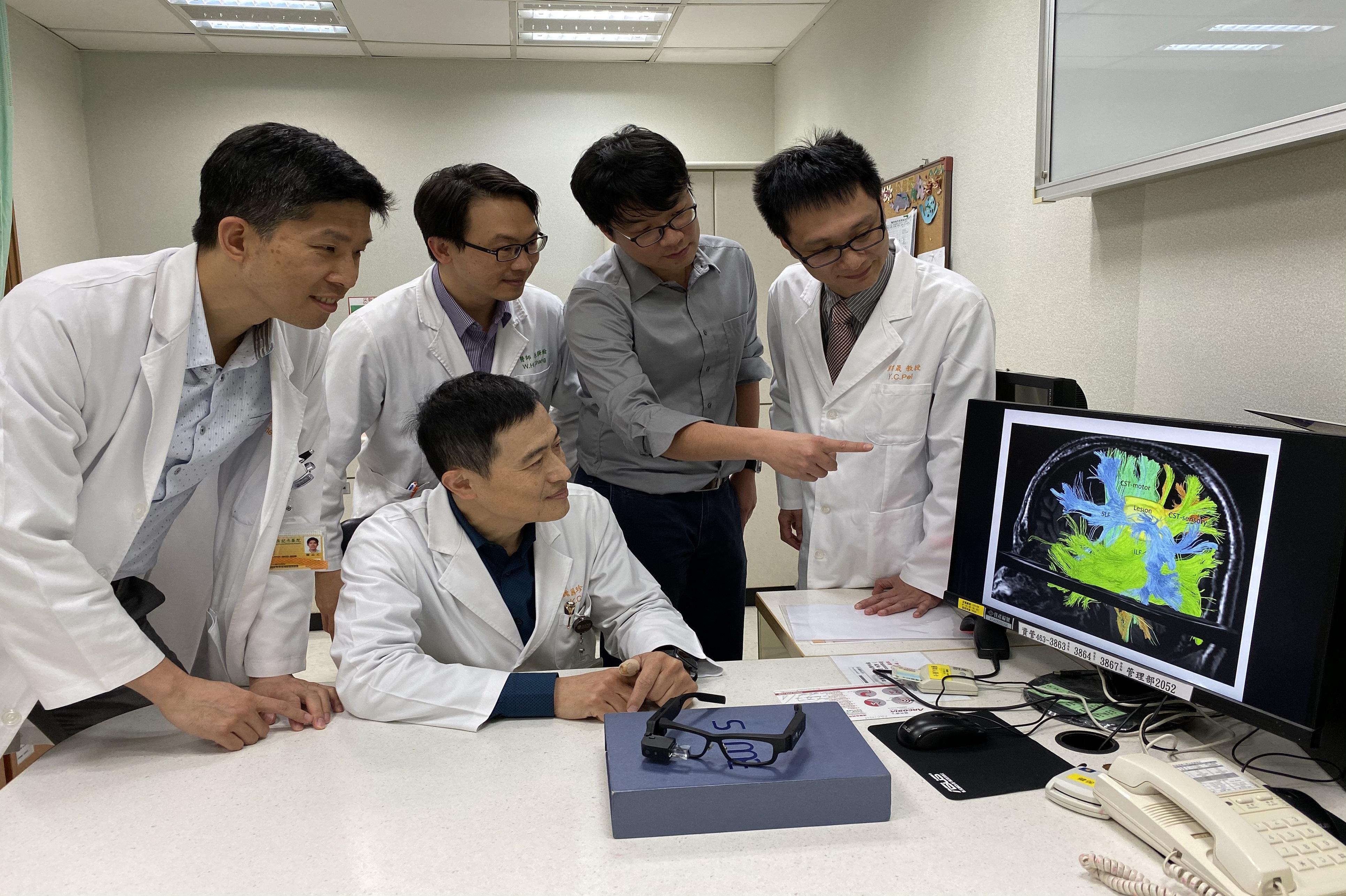 團隊於術前討論病患腦部影像及手術計畫