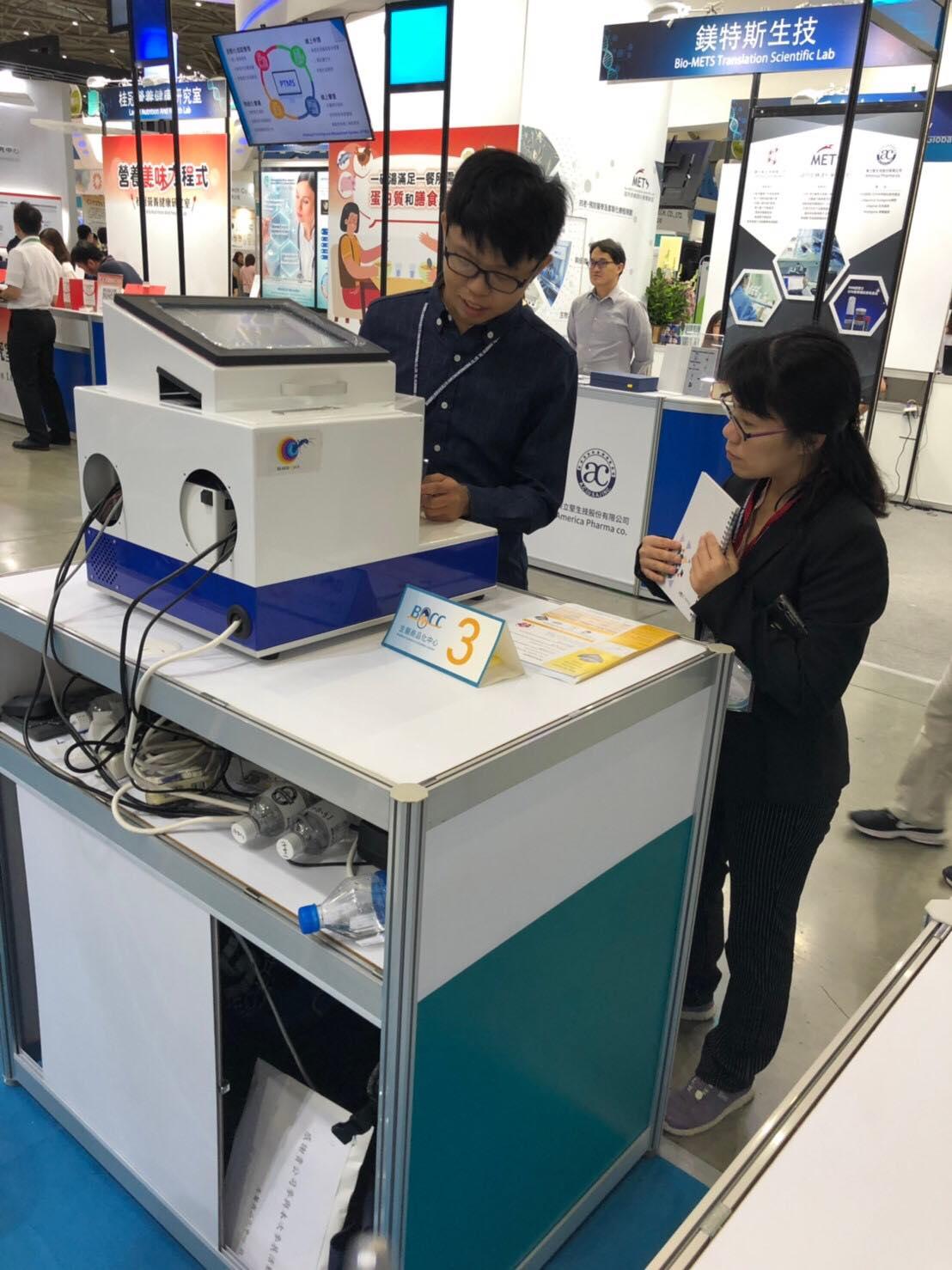成員張瑞紘於亞洲生技大會參展攤位進行第二代雛型機介紹