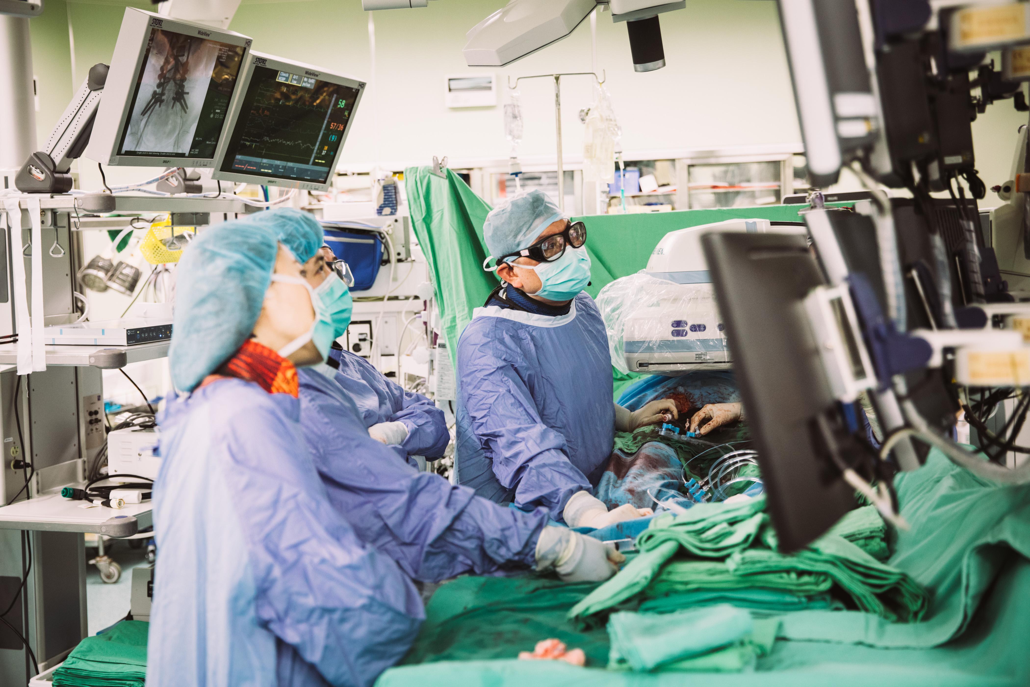振興醫院心臟醫學中心團隊合照。團隊由魏崢院長領導,包含心臟內、外科及心臟復健等單位,