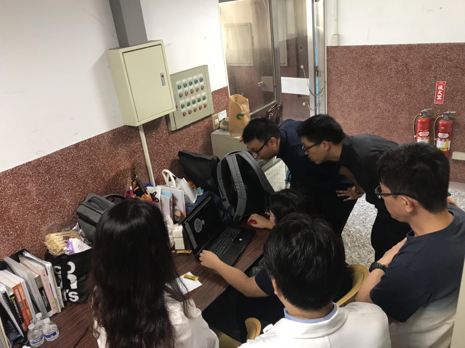 團隊於實驗室討論影像辨識結果